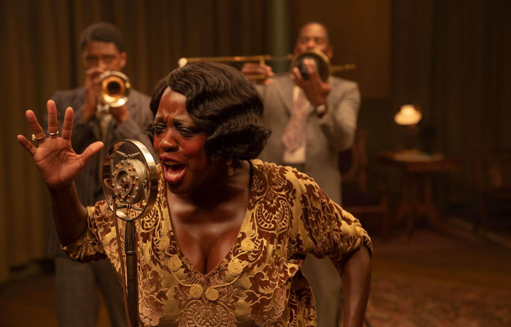 Tiré d'une pièce d'August Wilson, «Ma Rainey's Black Bottom» («Le blues de Ma Rainey») met en vedette la fabuleuse Viola Davis et, dans un vibrant chant du cygne, Chadwick Boseman (à gauche), emporté par le cancer au mois d'août.