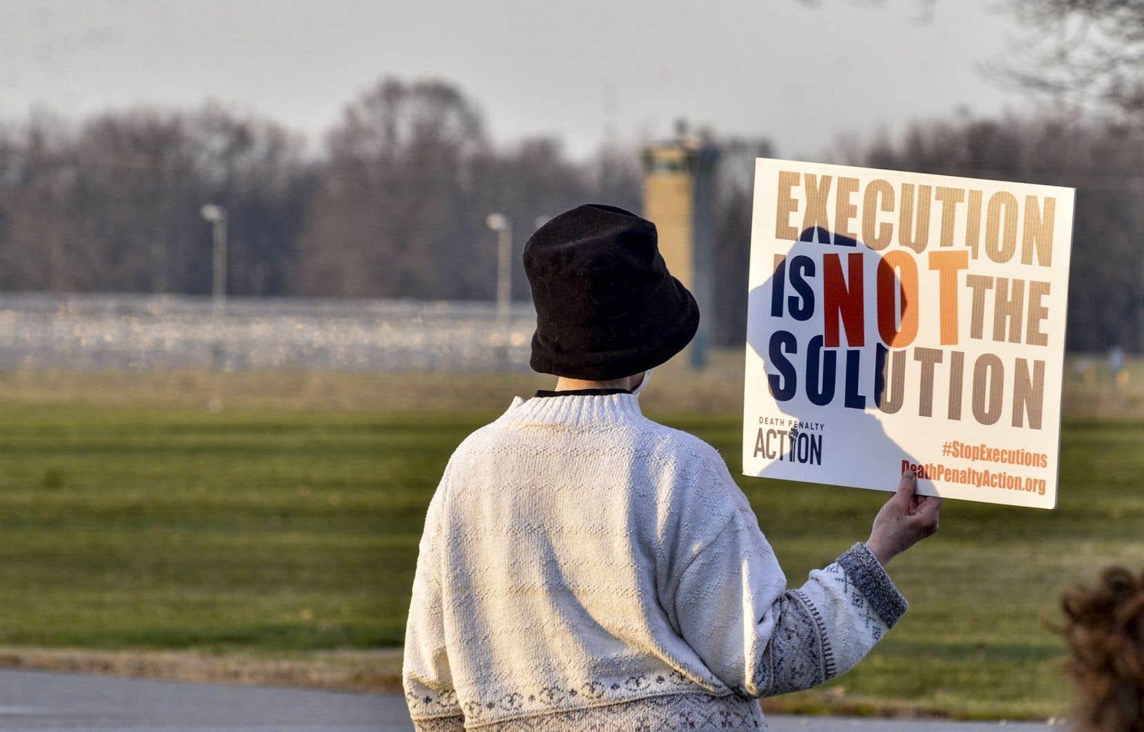 Depuis le début du siècle, l'appui à la peine de mort est en baisse au sein de la  population américaine. Sur la photo, une manifestante lors d'un rassemblement  contre la peine capitale, jeudi, devant la Federal Execution Chamber deTerre Haute, dans l'Indiana, où devrait avoir lieu l'exécution deBrandon Bernard.