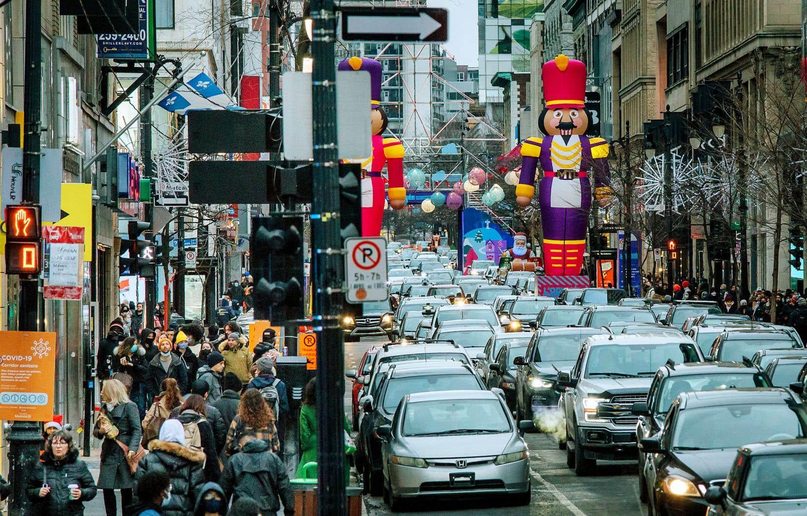 À 12 jours de Noël, la rue Sainte-Catherine bourdonnait dimanche, tandis que les nouveaux cas de COVID-19 avoisinaient les 2000.