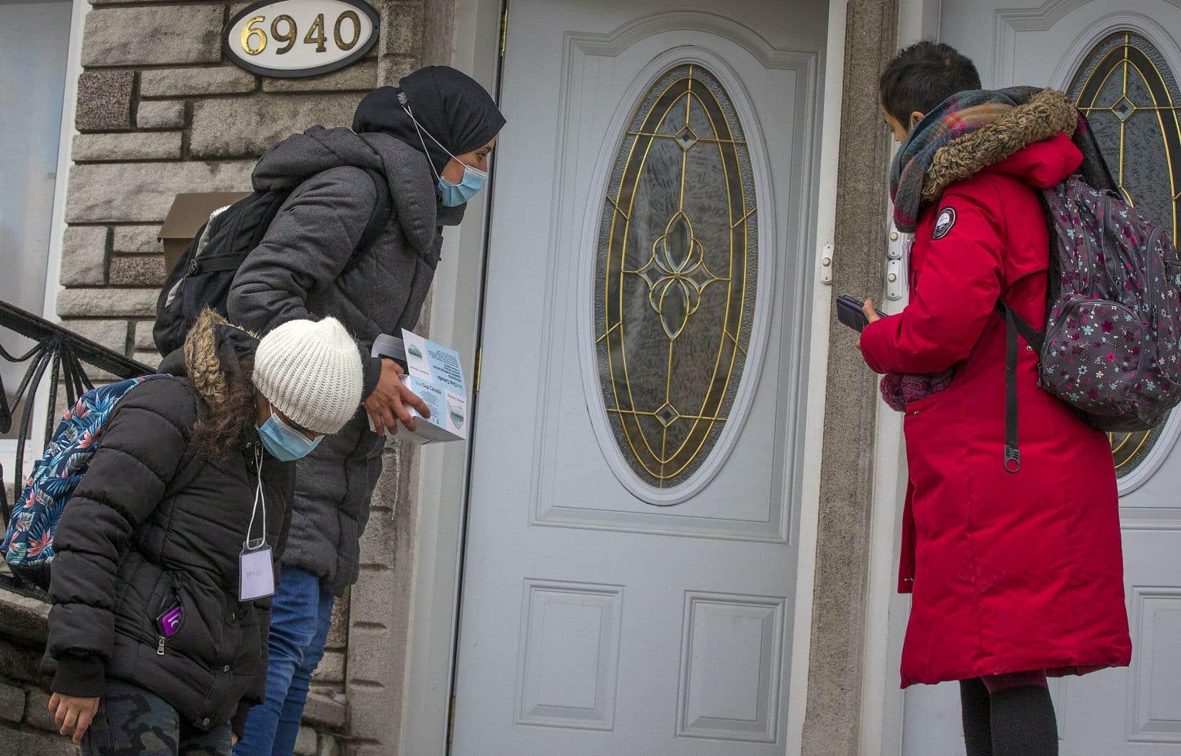 Les membres de l'escouade de la Table de quartier de Parc-Extension font du porte-à-porte pour sensibiliser les gens à l'importance de se faire tester et de s'isoler, en cas de symptômes.