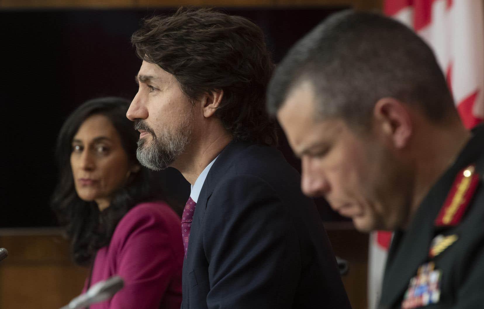 Le premier ministre Justin Trudeau, en compagnie de la ministre des Services publics et de l'Approvisionnement, Anita Anand, et du major général Dany Fortin