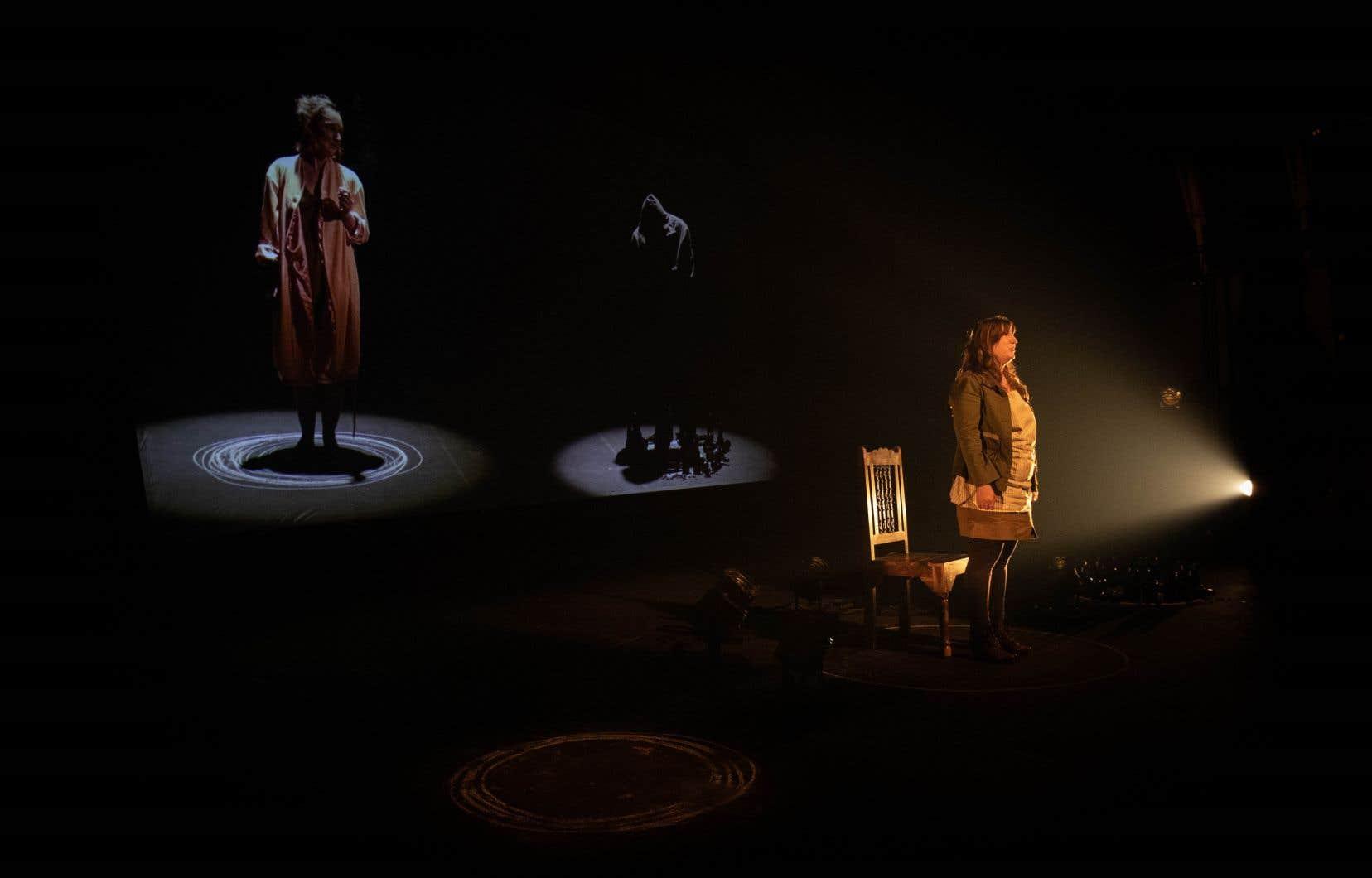 «Peau d'vache» au Théâtre du Bic. Une seule comédienne sur scène accompagnée par des personnages projetés en vidéo permettant ainsi de respecter la distanciation physique.