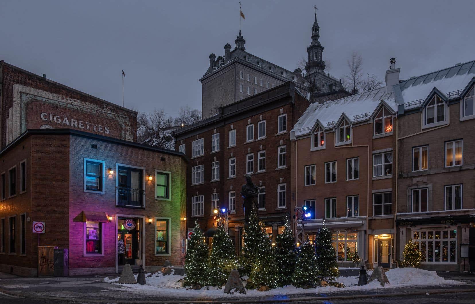L'heure bleue est un parcours dans les rues du Vieux-Port de Québec, où des dispositifs d'éclairage festif colorent les soirées des promeneurs jusqu'au 16 février.