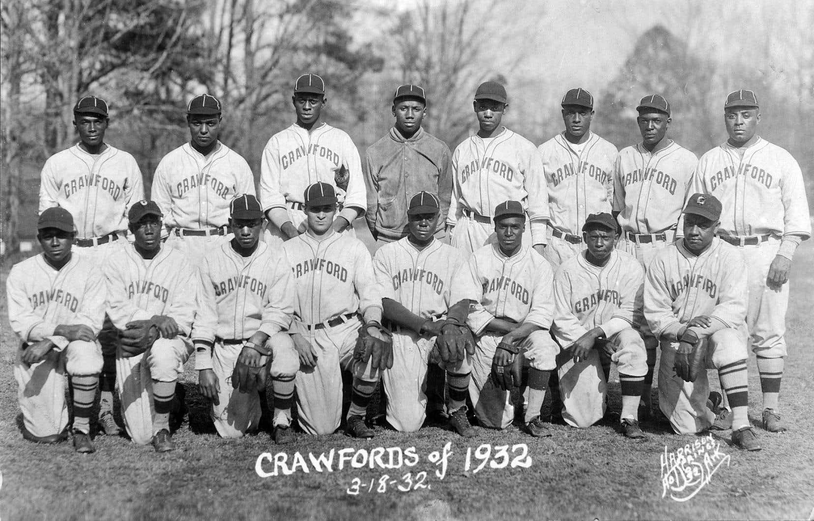 Josh Gibson, debout au centre de la photo avec les Pittsburgh Crawfords en 1932, pourrait se retrouver avec un record du Baseball majeur.