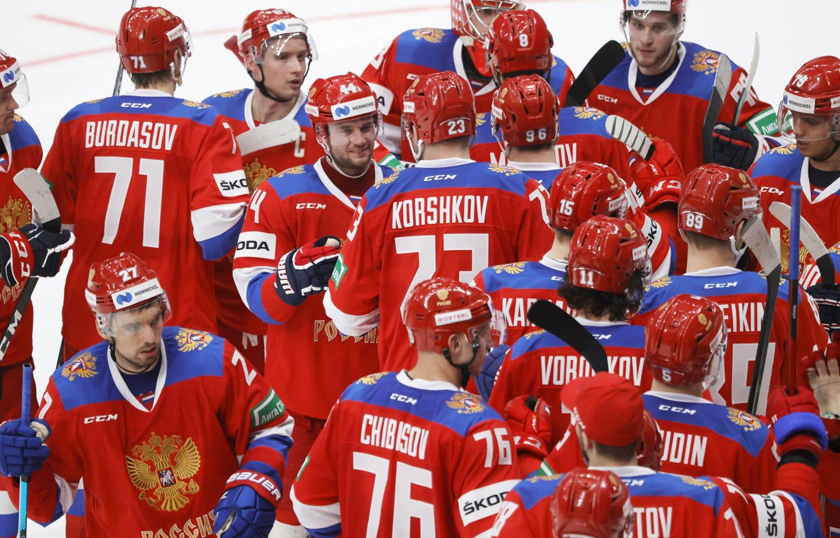 L'équipe de la Russie célébrait sa victoire contre la Suède à la coupe Channel One de hockey, jeudi à Moscou.