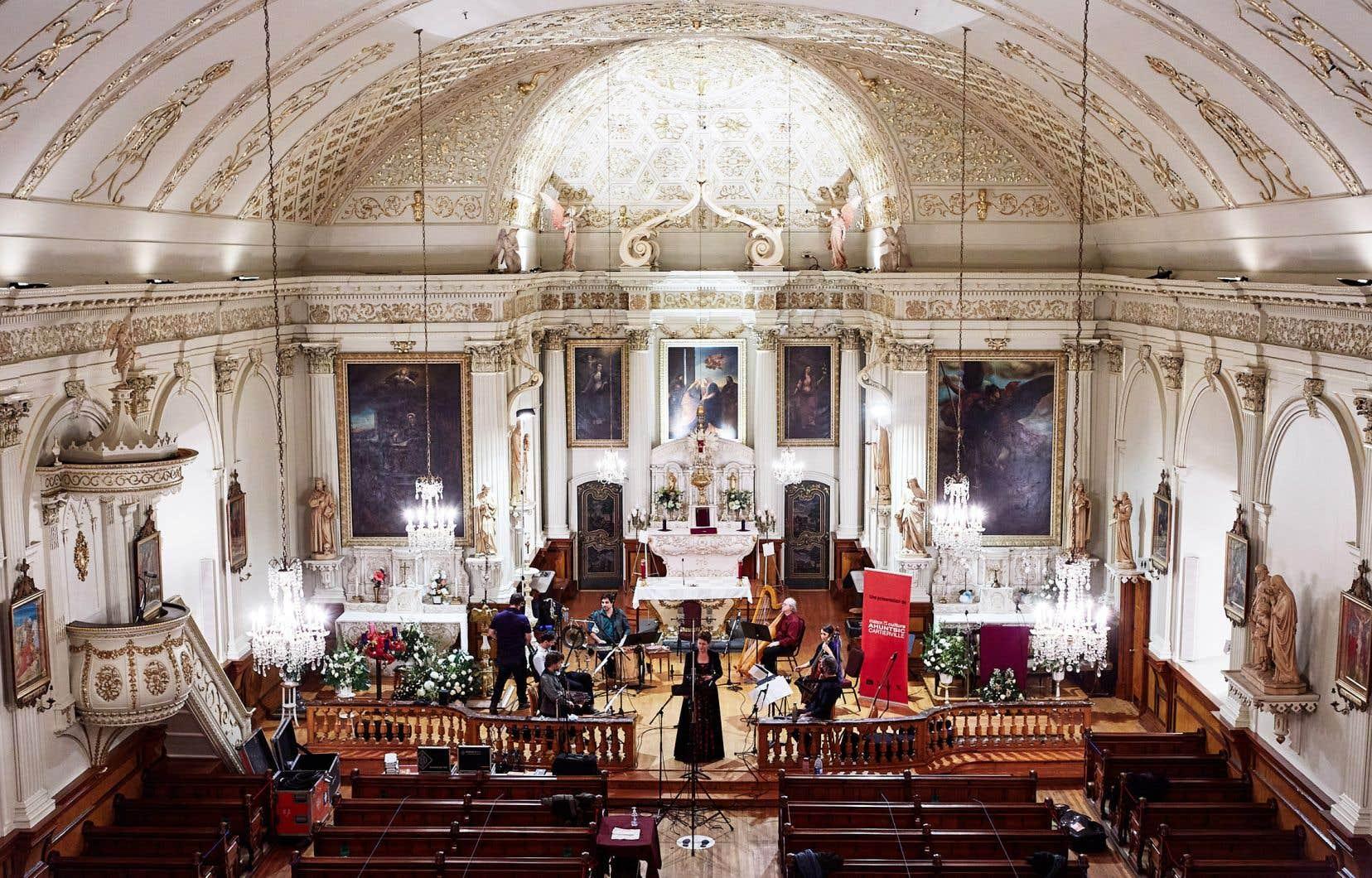 «Noël chez les peuples fondateurs de Montréal» en compagnie de la soprano mohawk Donna Kanerahtenha:wi Jacobs, de la soprano Meredith Hall et de l'ensemble La Nef. Placé sous la direction de Sylvain Bergeron, ce concert enregistré le 8 décembre offre les plus belles musiques de Noël entendues à Montréal aux XVIIe et XVIIIe siècles.