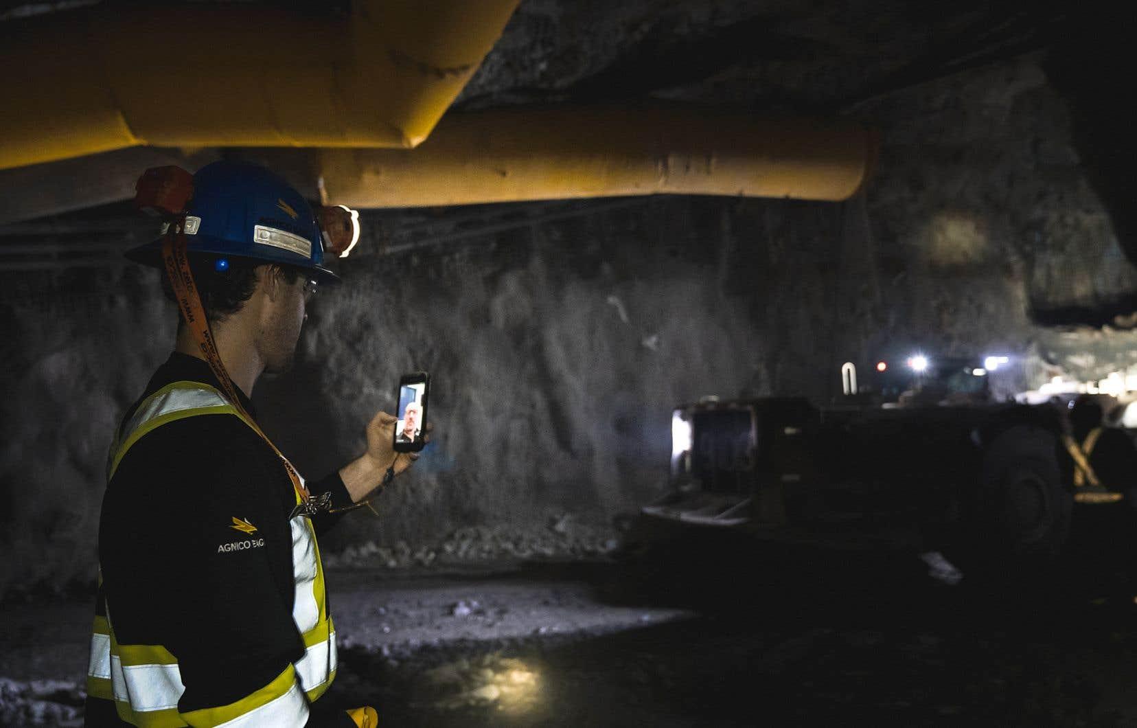 C'est grâce à la technologie sans fil LTE que l'ingénieur Maxime Laflamme, à 3,2 km sous terre, peut discuter avec ses collègues à la surface.