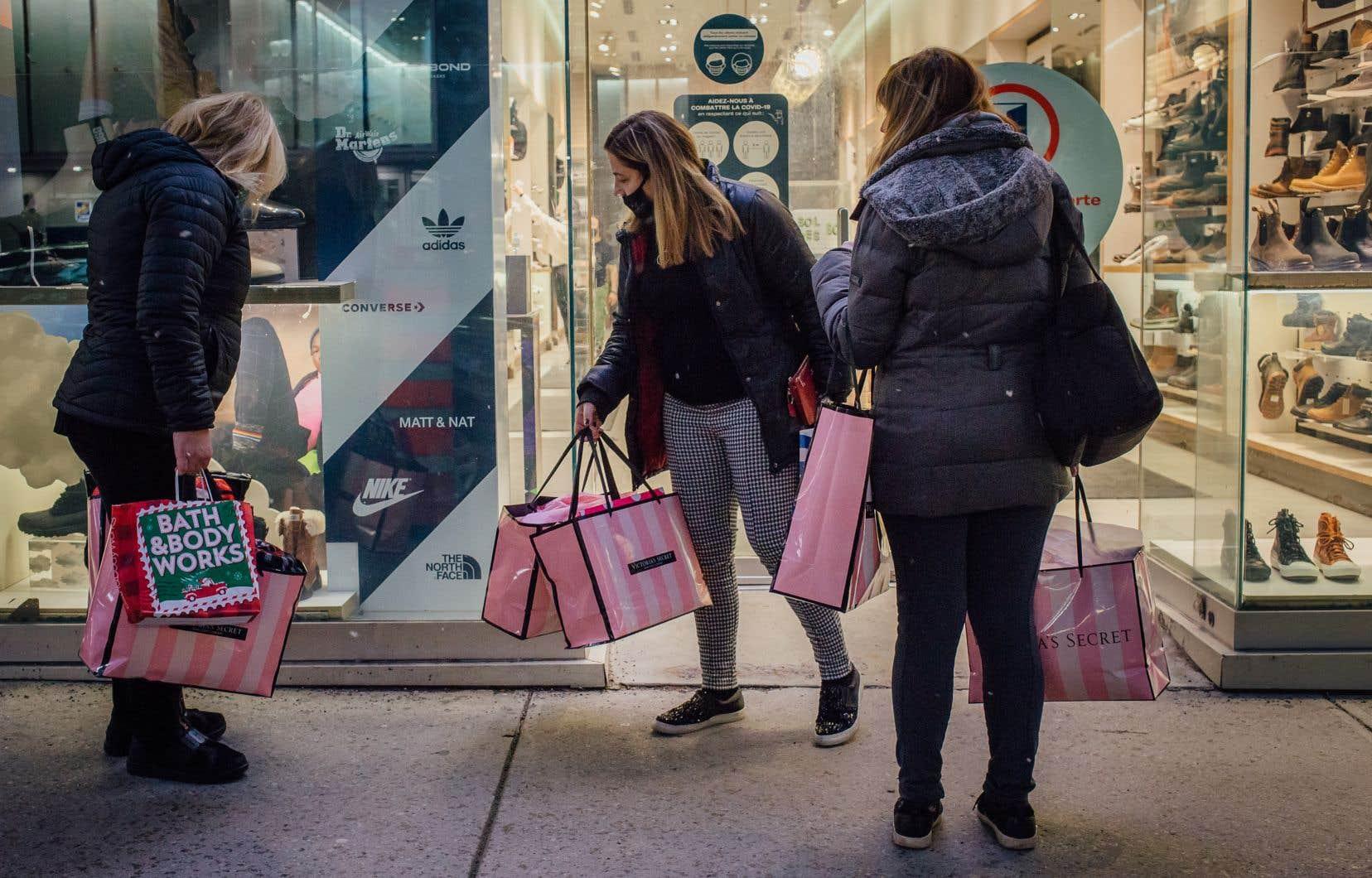 Il faut se méfier des promotions alléchantes durant le temps des Fêtes, selon Isabelle Dauphin, car celles-ci peuvent mener à des achats compulsifs dont on n'a pas nécessairement besoin.