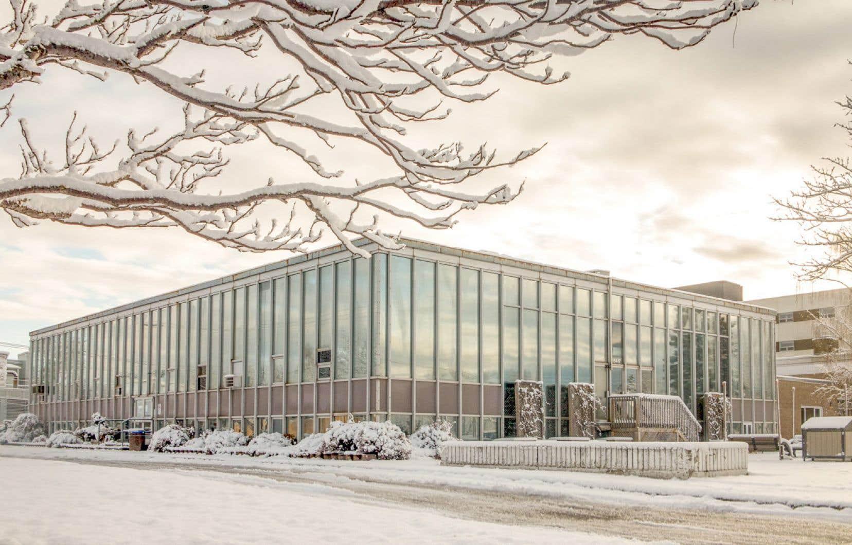 L'hôtel de ville de Sept-Îles a été conçu par l'architecte Guy Desbarats, qui fut directeur de l'École d'architecture de l'Université de Montréal et a été le lauréat de plusieurs prix.