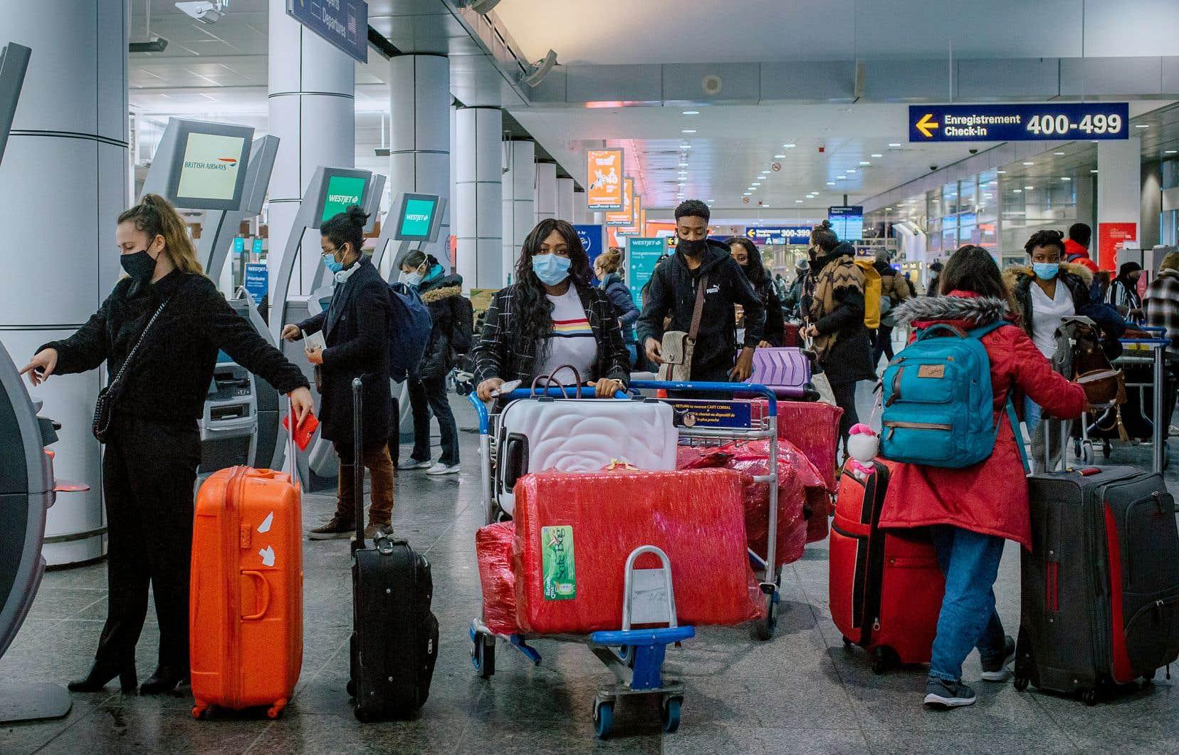 Malgré la pandémie, nombre de Canadiens n'ont pas hésité à faire leur valise pour rejoindre leur famille ailleurs au pays ou à l'étranger durant les Fêtes de fin d'année. D'autres ont plutôt prévu de passer les vacances au soleil dans le Sud. L'aéroport Montréal-Trudeau (photo d'hier) recevra en moyenne 8000 passagers par jour durant cette période, comparativement à 56 000 l'année dernière.
