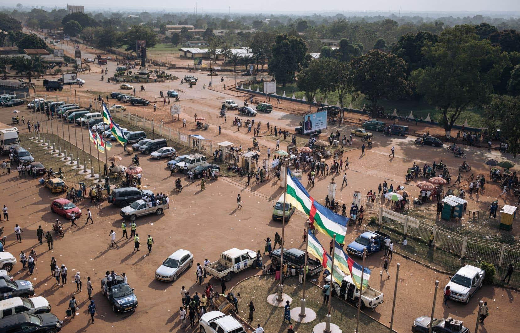 Des partisans du président de la République centrafricaine convergent vers le stade de Bangui pour assister à un rassemblement électoral, le 19 décembre 2020.
