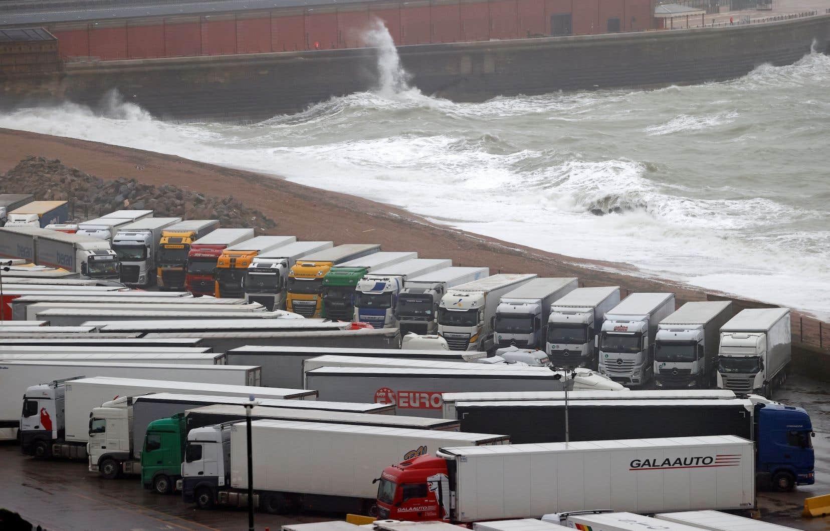 La fermeture des frontières au Royaume-Uni est une très mauvaise nouvelle en cette période de Fêtes, puisque 10 000 camions fontchaque jour la liaison entre Douvres et Calais, en France.