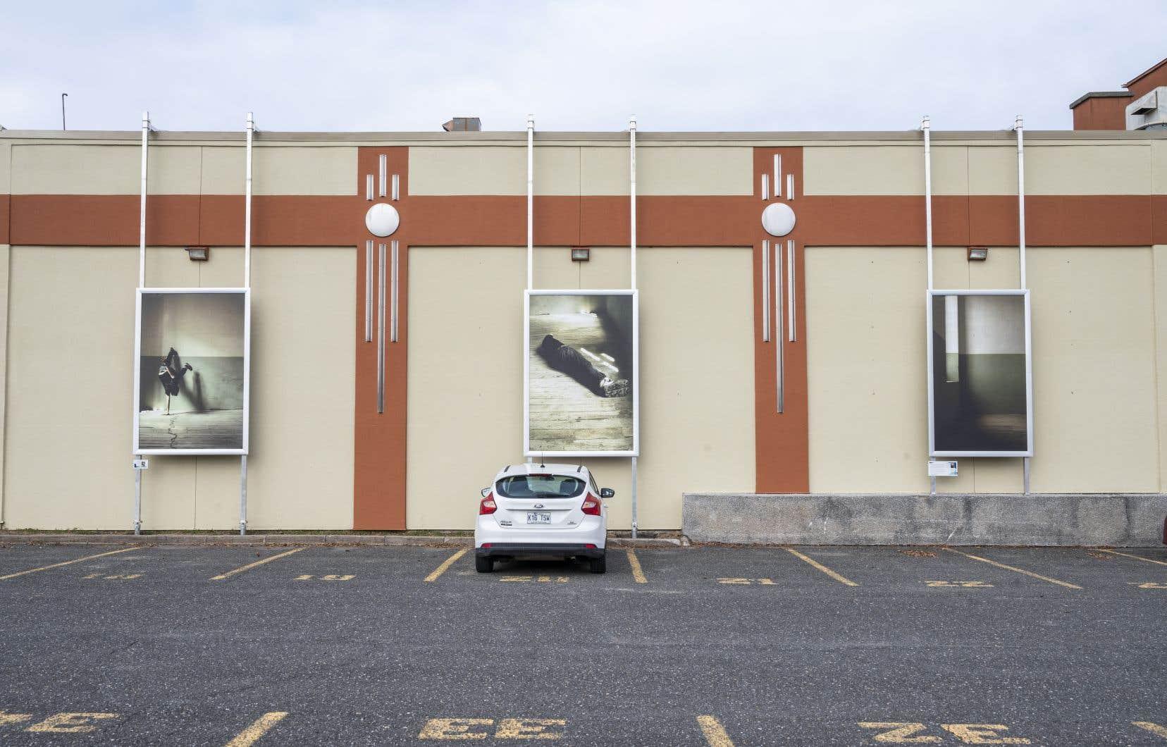 De Yann Pocreau, on propose des images réalisées en Espagne, la série «Se fueron los curas» (2007), qui découle d'un exercice où le corps de l'artiste tente de redonner vie à des architectures abandonnées, à Drummondville.