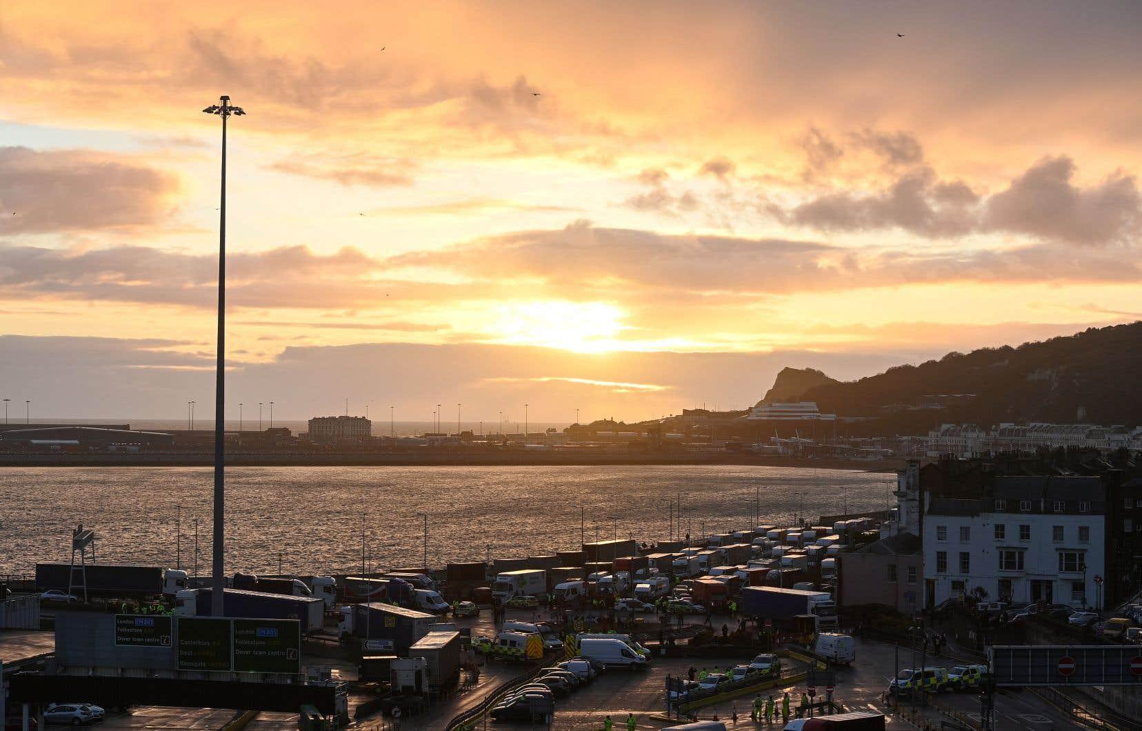Le port anglais de Douvres a rouvert mercredi, mais il faudra plusieurs jours pour faire passer tous les routiers bloqués sur l'île britannique dans l'attente des tests réclamés par les Français.