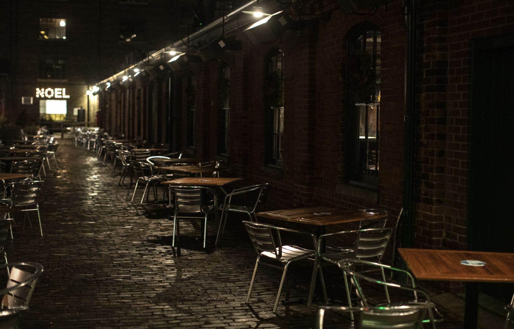 Le secteur de la restauration et des débits de boisson a connu un second recul mensuel consécutif lié à la fin de la saison des repas en plein air, à la hausse des cas de COVID-19 et à la fermeture des salles à manger des restaurants.