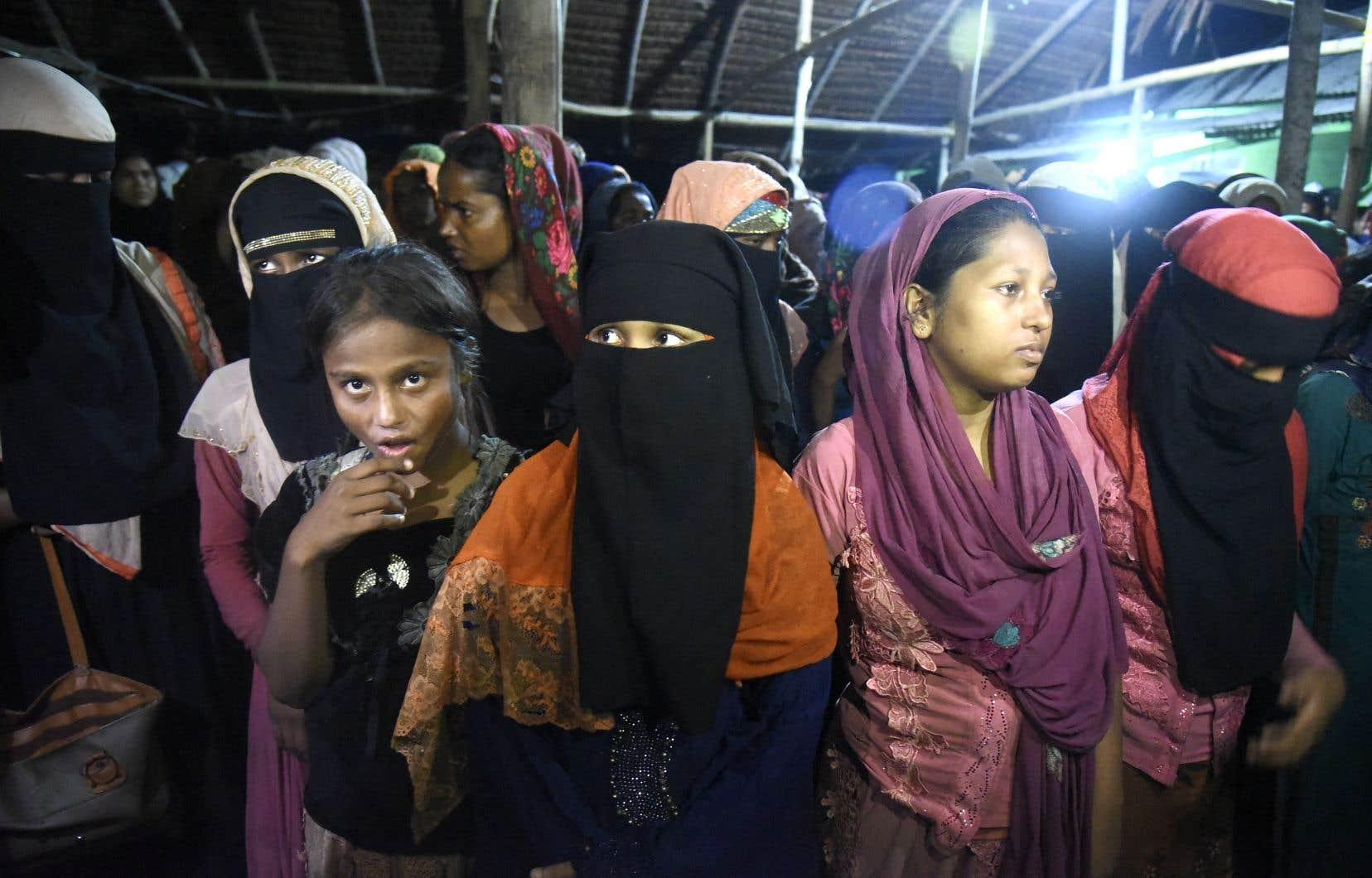 Des réfugiées rohingyas font escale à Lhokseumawe, en Indonésie.