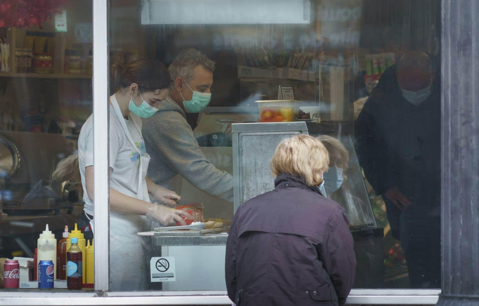La pandémie de COVID-19 nous aura justement permis de constater à quel point des milliers de travailleurs jugés essentiels, comme les employés dans les épiceries, n'étaient pas très bien payés.