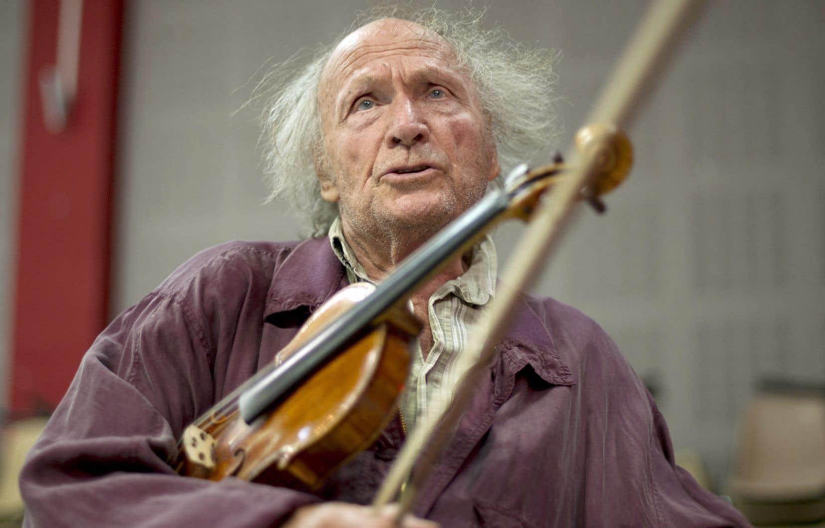 Indépendance de pensée,  tempérament fougueux,  personnalité  unique, le  violoniste Ivry Gitlis ne rentrait pas dans les  cadres. Le voici ici en répétition avec un ensemble musical  à Marseille  en 2011.