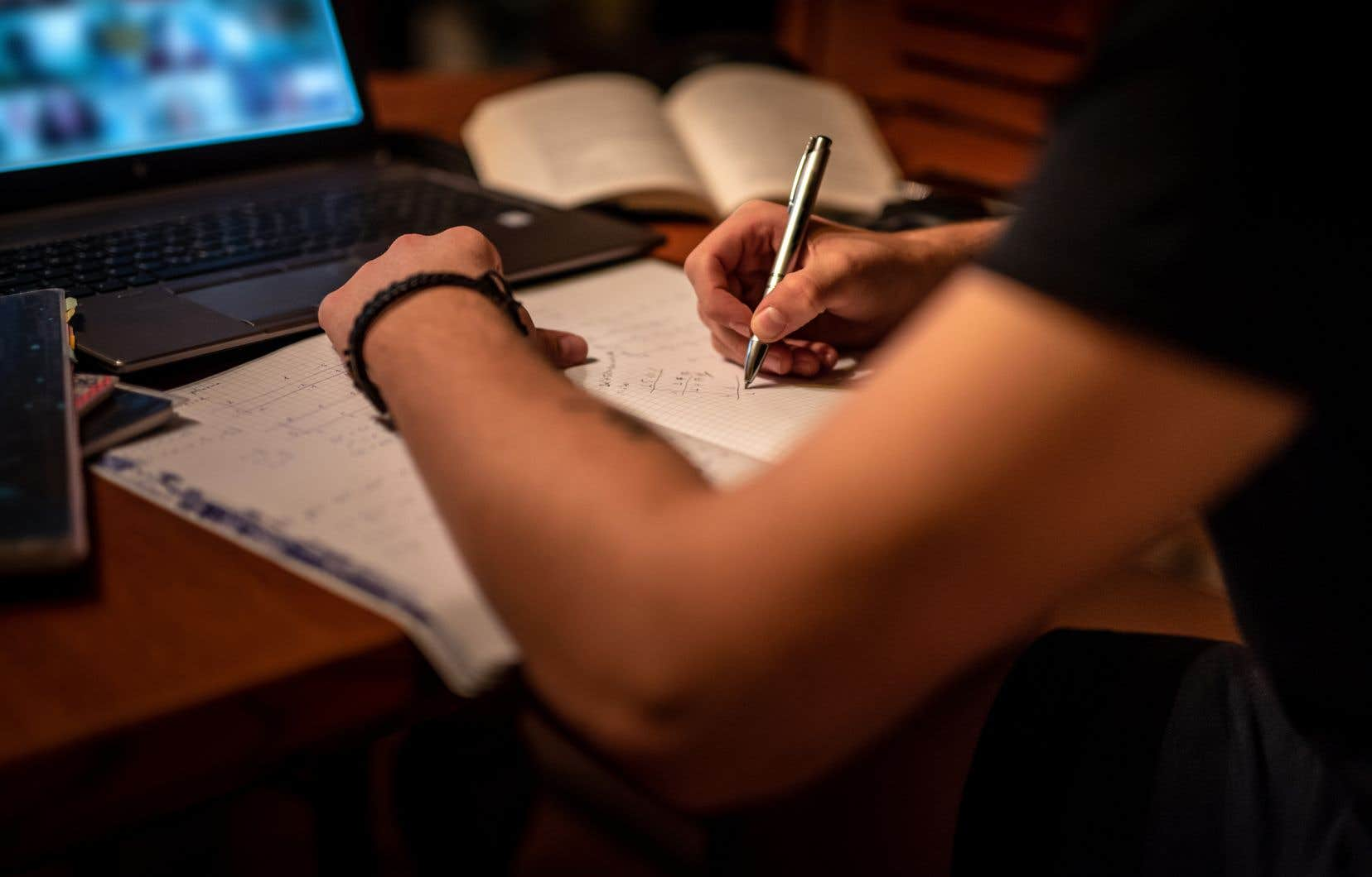 Certains étudiants étrangers se font facturer des frais supplémentaires sous la menace de perdre leur permis d'études.