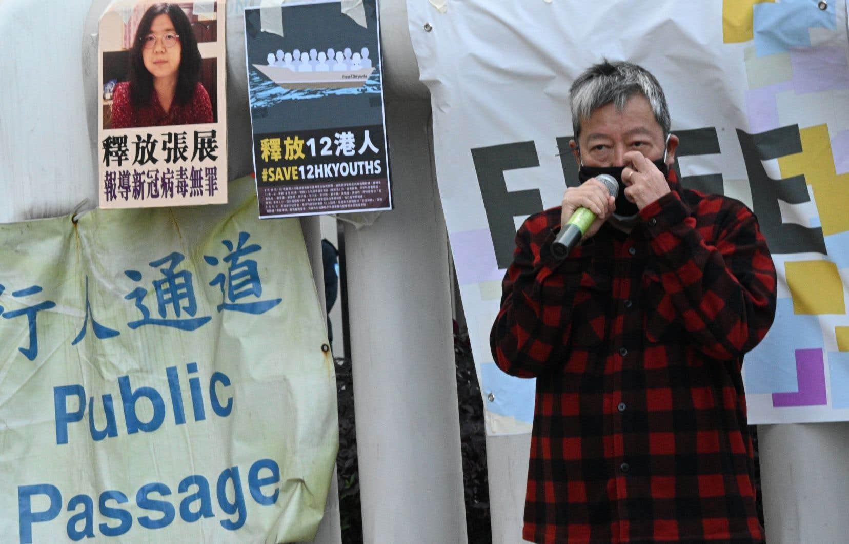 La sanction imposée à la Chinoise Zhang Zhan (en haut à gauche), journaliste citoyenne de 37ans, n'est pas étonnante dans un pays où le taux de condamnation atteint les 99,93%. L'issue ne faisait aucun doute, d'autant plus que le sujet touche à la gestion de l'épidémie de COVID par les autorités. Sur la photo, un activiste prodémocratie lors d'une manifestation, à Honk Kong, lundi, pour réclamer la libération de la journaliste.