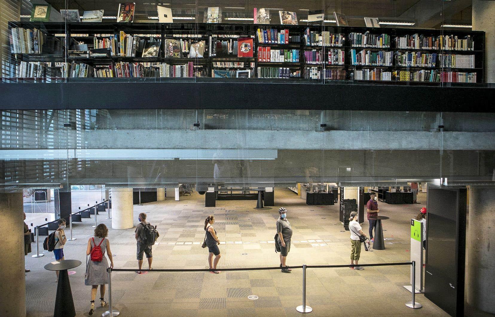 En 2020, les emprunts de livres numériques ont connu une montée impressionnante. Sur cette photo, des visiteurs à la réouverture de la Grande Bibliothèque de Montréal, en juillet, après le début des mesures de déconfinement.