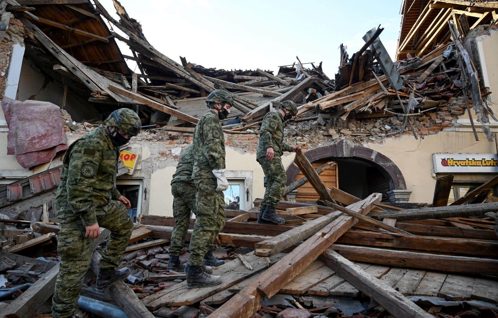 Dans la ville de Petrinja, des secouristes se sont précipités dans les décombres ou à l'intérieur des maisons abîmées pour venir en aide aux éventuelles victimes.