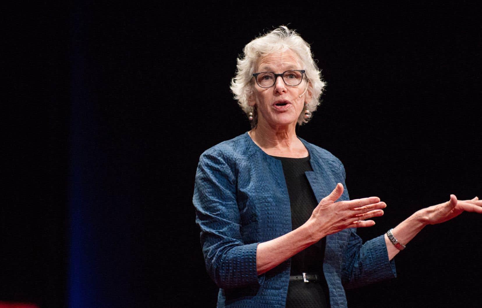 Joan C. Williams, professeure émérite de droit à l'Université de Californie, rappelle que les deux tiers de la population américaine n'ont pas de diplôme universitaire.