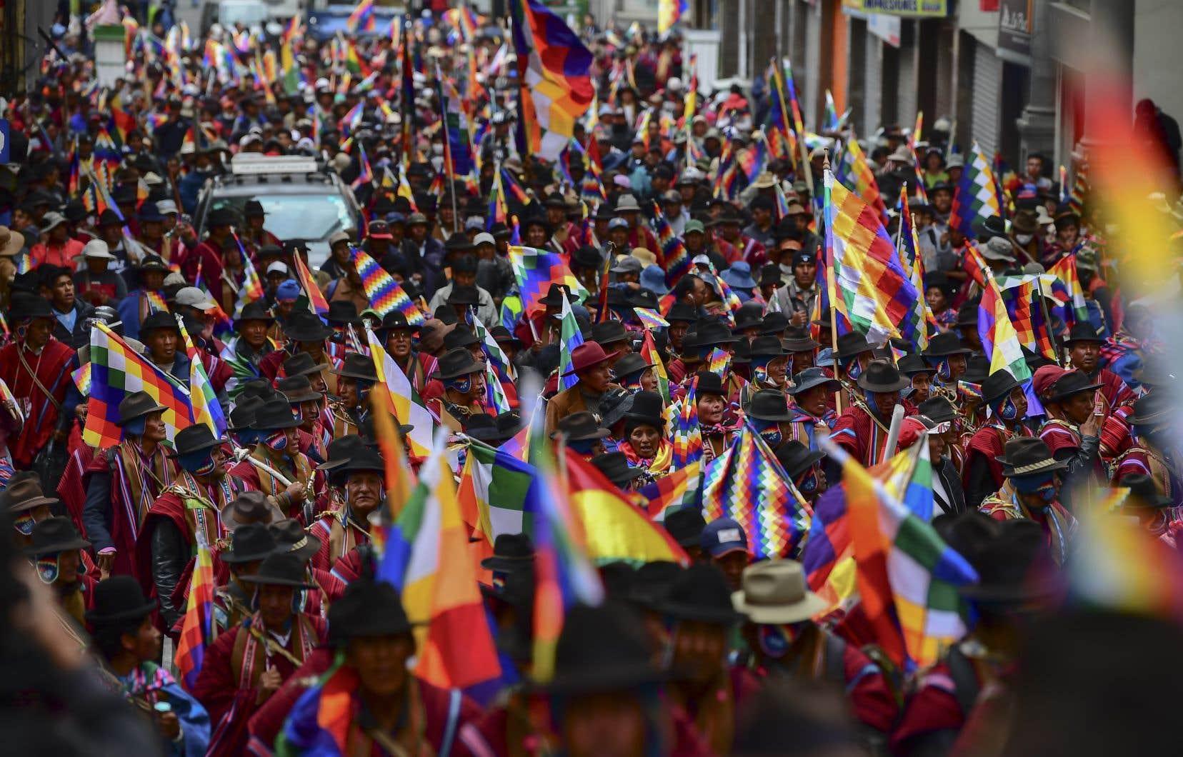 Avec la chute d'Evo Morales, son tout premier président indigène, la Bolivie, laboratoire de la révolution socialiste, a sombré dans une crise sociale et politique complexe, que la pandémie a fait durer.