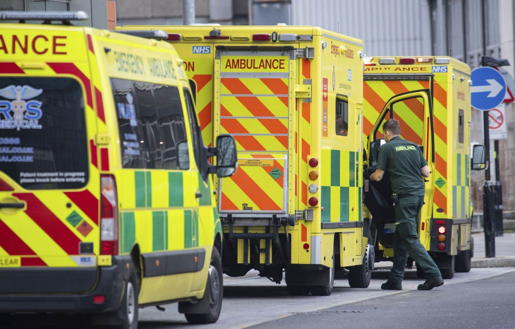 Le Royaume-Uni, un des pays les plus endeuillés d'Europe (71500 morts), a atteint mardi un record de nouveaux cas en une seule journée avec 53135 contaminations. Sur la photo, des ambulances stationnées près d'un hôpital, mardi, à Londres.