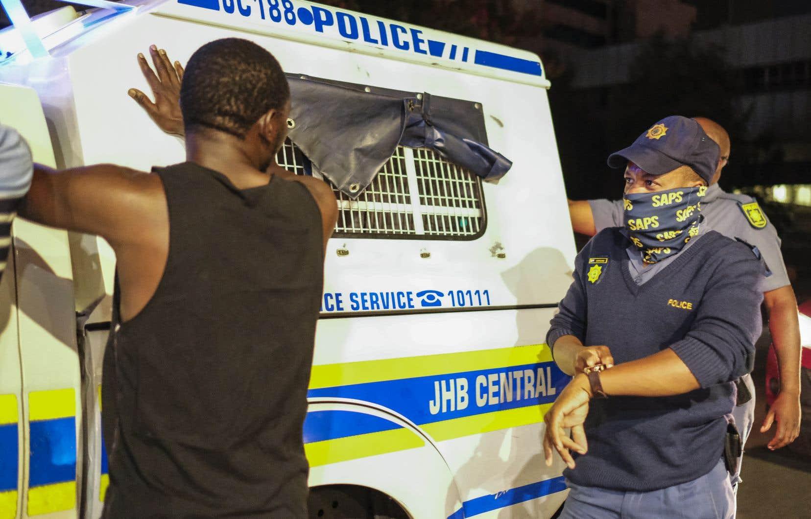 Un homme est arrêté par des policiers pour ne pas avoir respecté le couvre-feu en vigueur dès 21h00.