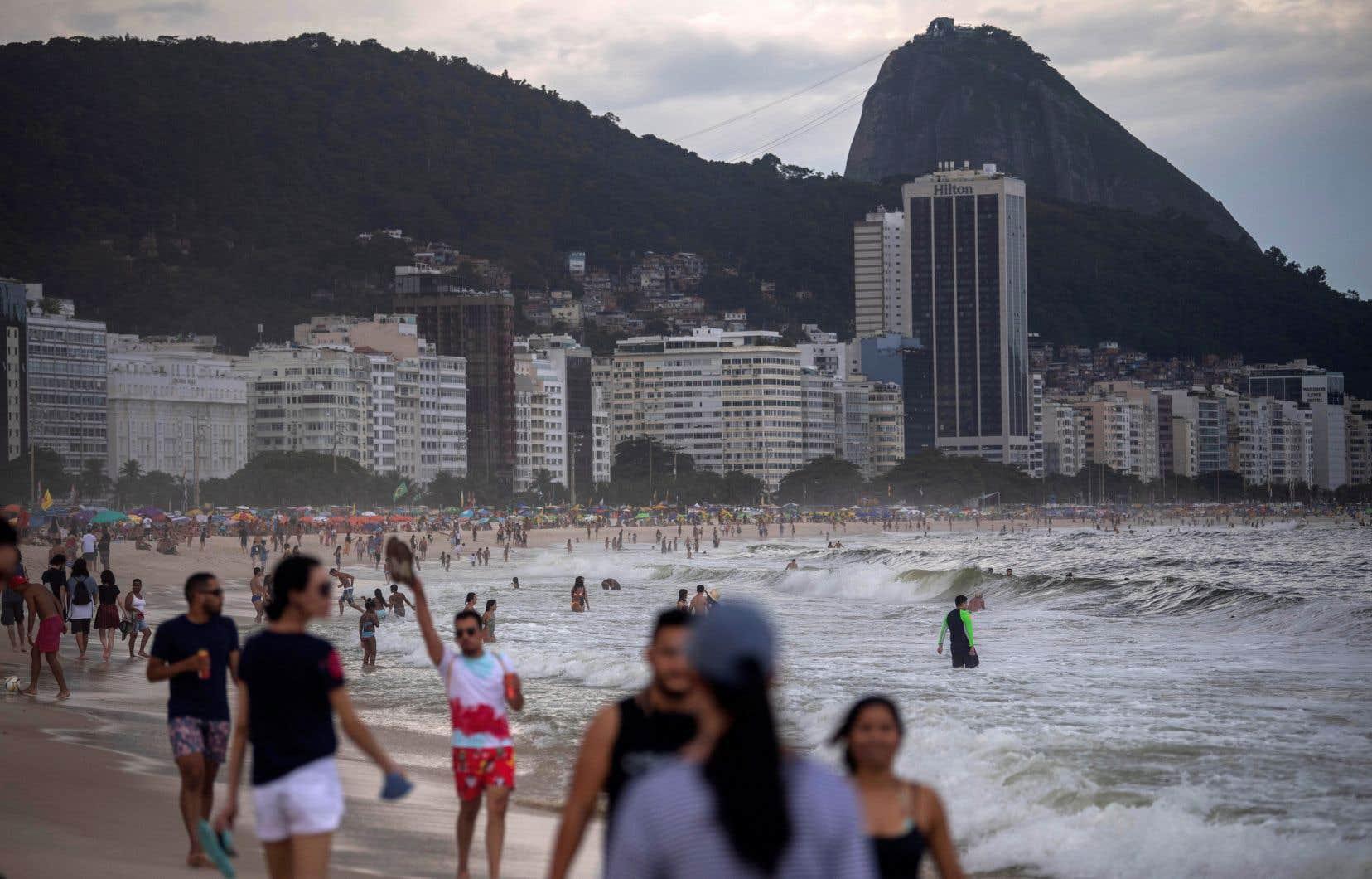 Des habitants profitant de la plage Copacabana, à Rio de Janeiro, où l'été austral a déjà commencé.