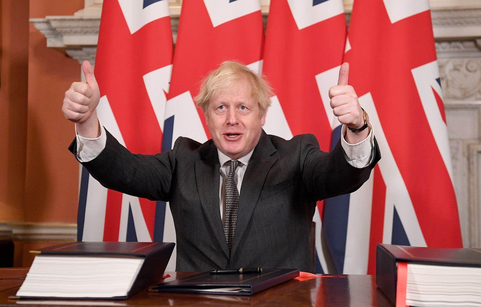 «Ce n'est pas la fin», mais «le début d'une merveilleuse relation entre le Royaume-Uni et nos amis et partenaires de l'Union européenne», a assuré Boris Johnson, mercredi, après avoir paraphé l'accord, levant les deux pouces en l'air devant les caméras.