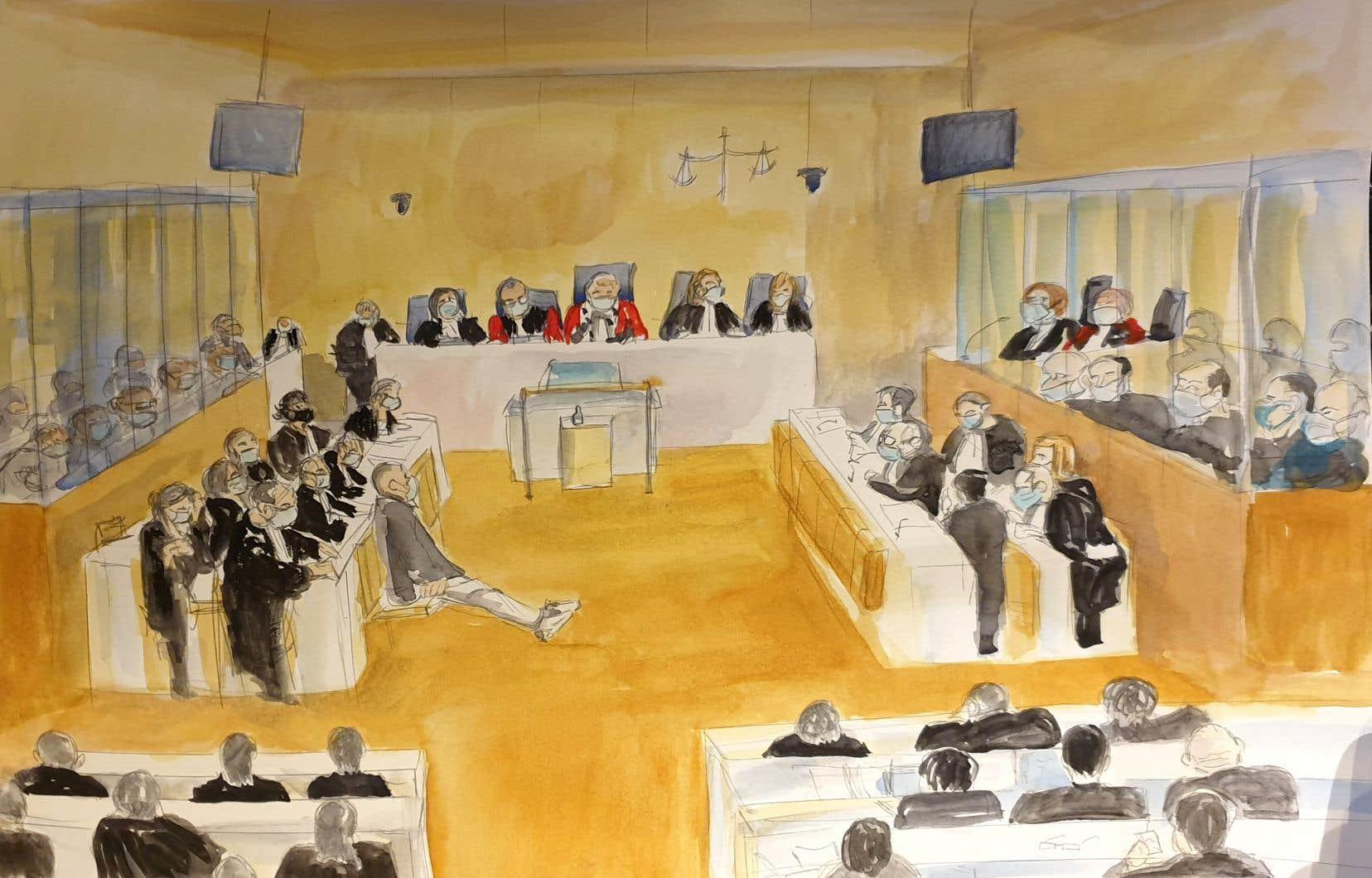 Ce croquis réalisé le 16 décembre 2020 montre une vue générale de la salle du palais de justice de Paris où se tenait l'audience de détermination de la peine dans le procès de 14 complices présumés des hommes armés islamistes qui ont assassiné 17 personnes en trois jours d'attentats en janvier 2015, à commencer par le massacre de 12 personnes à l'hebdomadaire satirique «Charlie Hebdo».
