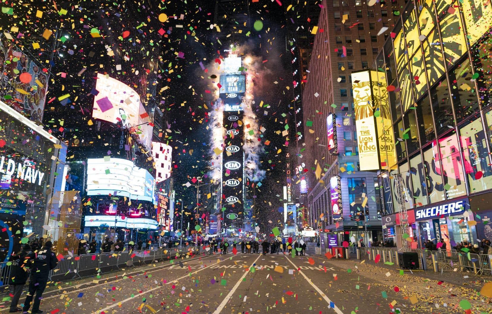 À minuit, les confettis ont pris d'assaut la rue Times Square désertée de son habituelle foule qui, sans la pandémie, aurait probablement envahi la rue pour y célébrer le début de la nouvelle année.