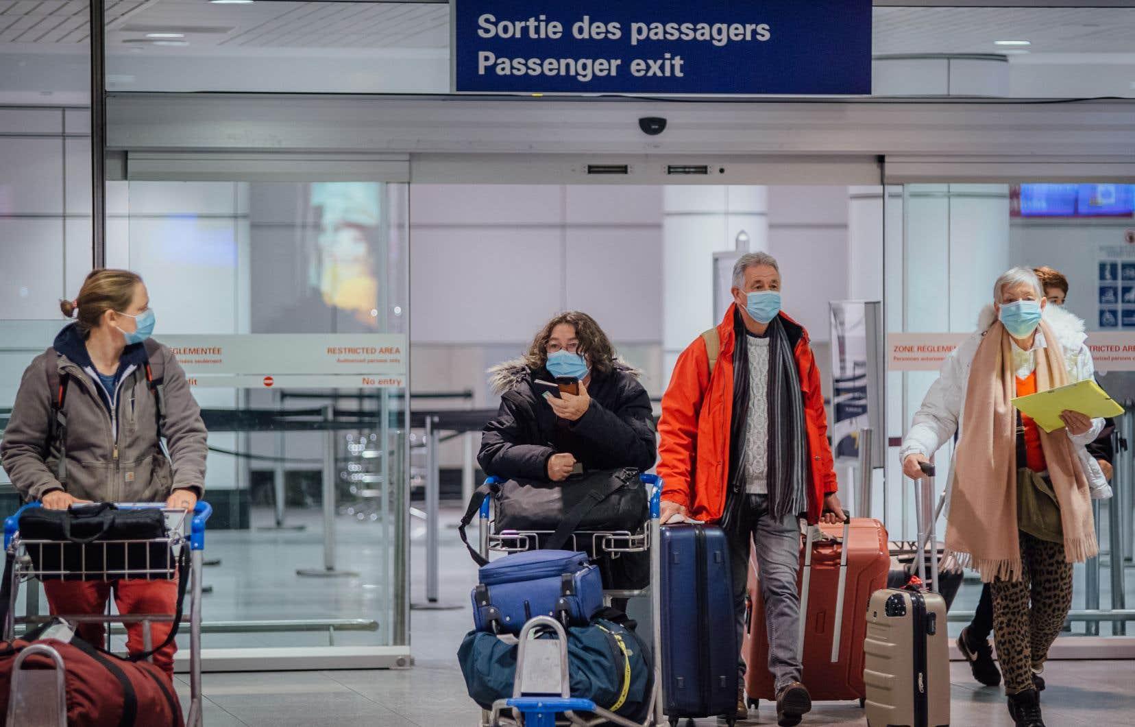 Les Canadiens de retour au pays après un voyage sont présentement admissibles au versement de la PCMRE en raison de leur quarantaine obligatoire de 14 jours.