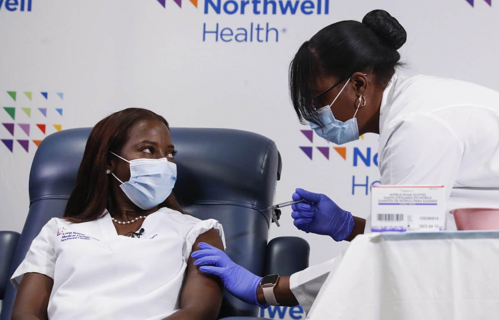 Trois semaines pile après sa première dose, l'infirmière Sandra Lindsay recevait lundi sa dose de rappel. Mi-décembre, elle était la première personne vaccinée dans le cadre d'un programme régulier contre la COVID-19 aux États-Unis.
