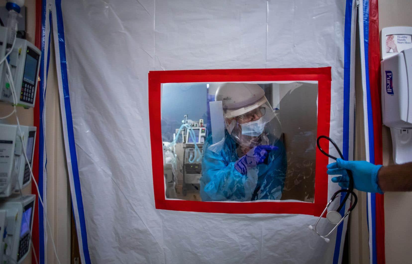 Une infirmière portant un habit de protection dans une unité temporaire de soins intensifs à Tarzana, en Californie.