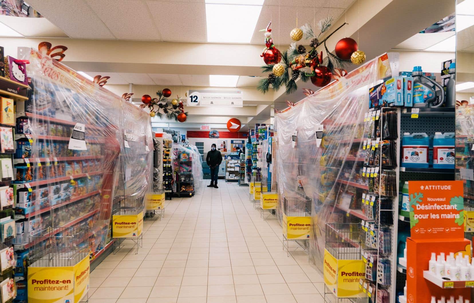 Les propriétaires de pharmacies sont plutôt satisfaits de ne pas avoir de limitation de leurs heures d'ouverture. Le contexte économique reste quand même difficile pour ces commerçants, puisque la clientèle ne pourra toujours pas y magasiner de produits jugés non essentiels, sauf en mode «commandes préparées d'avance par téléphone».