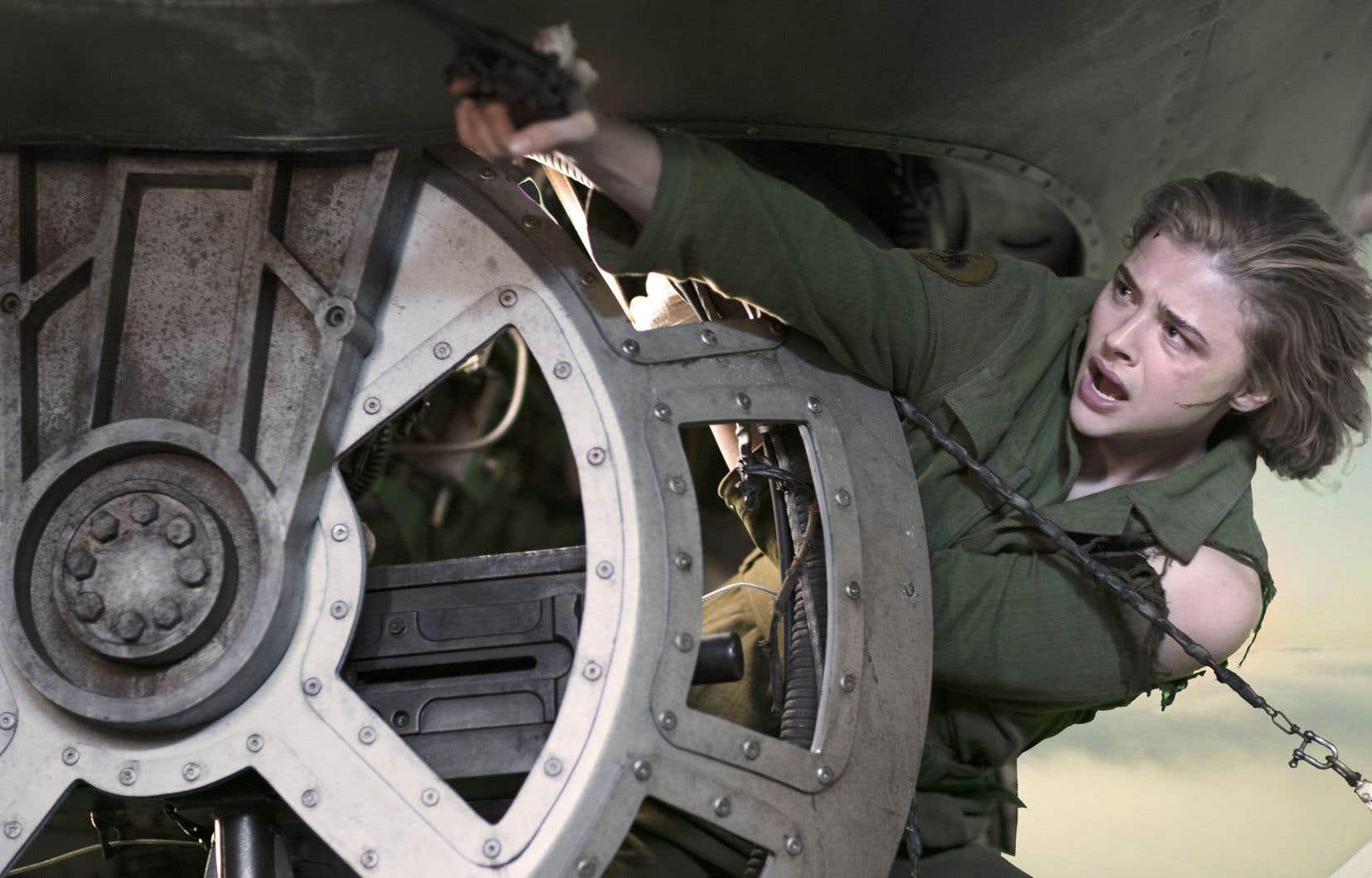 La protagoniste s'appelle Maude Garrett (Chloë Grace Moretz), est officière d'aviation, et son embarcation inopinée à bord du «Fool's Errand» ne fait pas du tout l'affaire de l'équipage mâle.