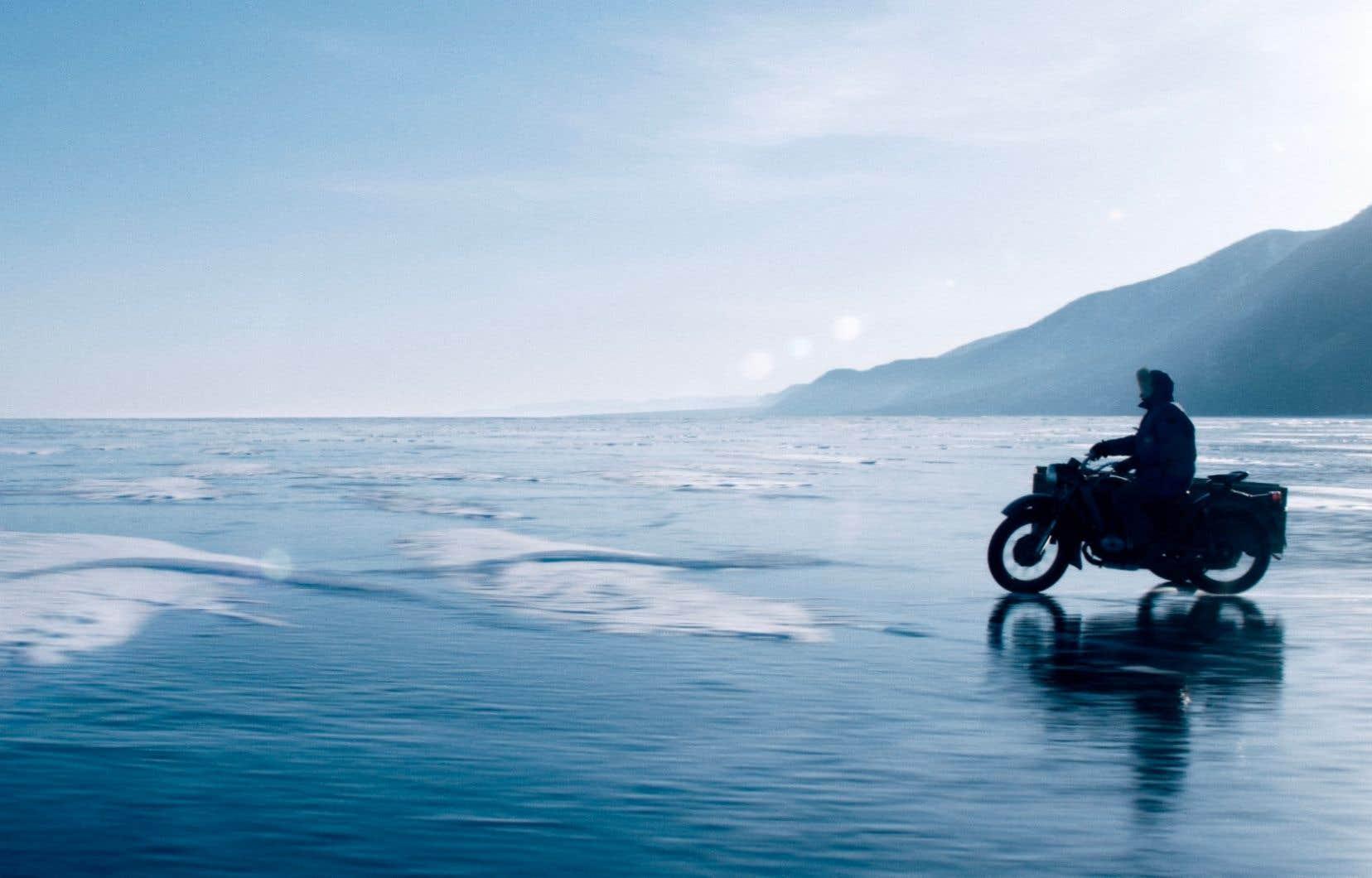 Librement inspiré par la vie de l'écrivain Sylvain Tesson, le film «Dans les forêts de Sibérie» suit le protagoniste, rebaptisé Teddy, qui plaque tout pour s'installer sur les rives gelées du lac Baïkal.