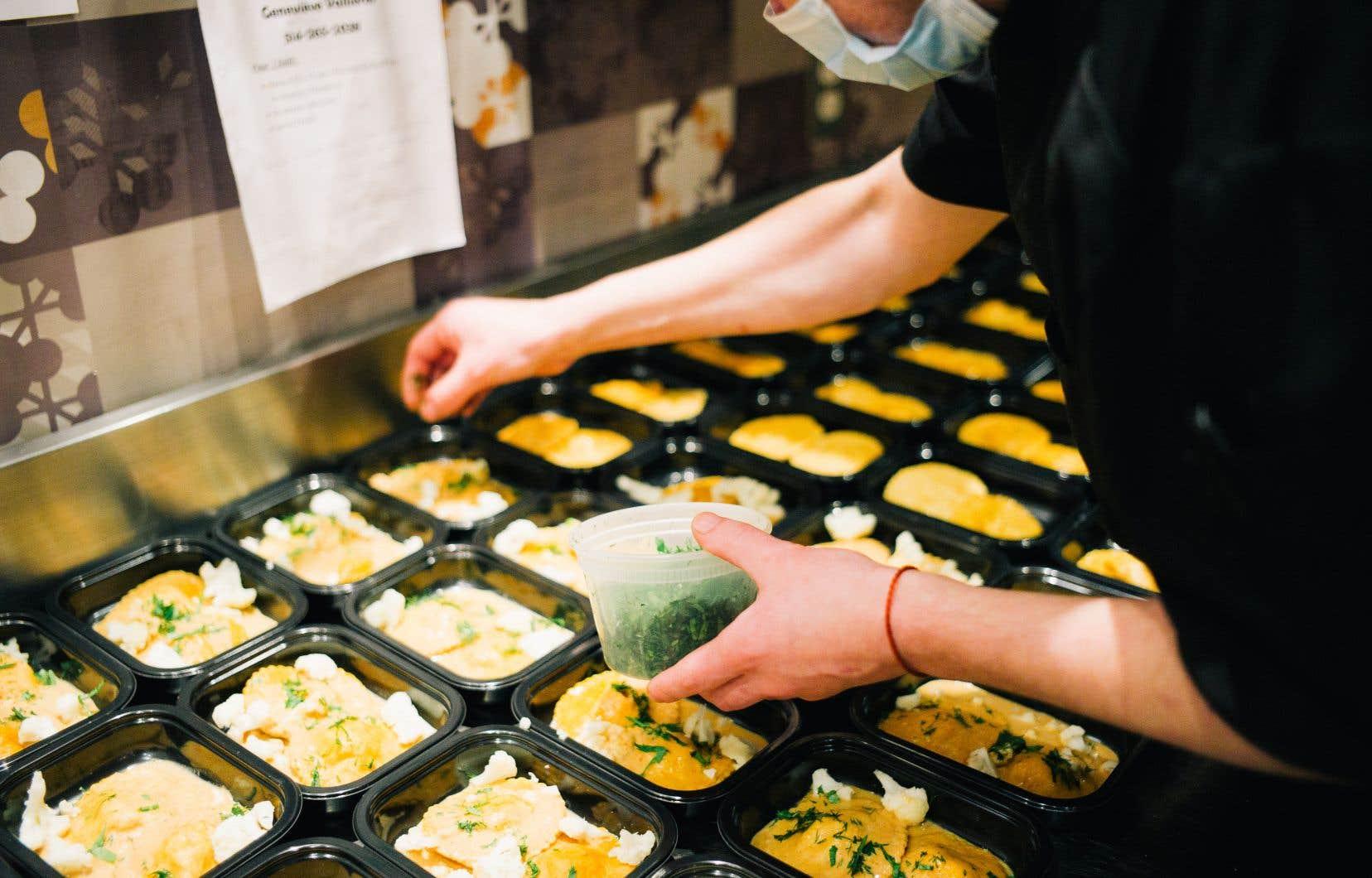 La pandémie a poussé les restaurants à faire de la vente à emporter. Une tendance qui va rester et même se développer aussi dans les épiceries.