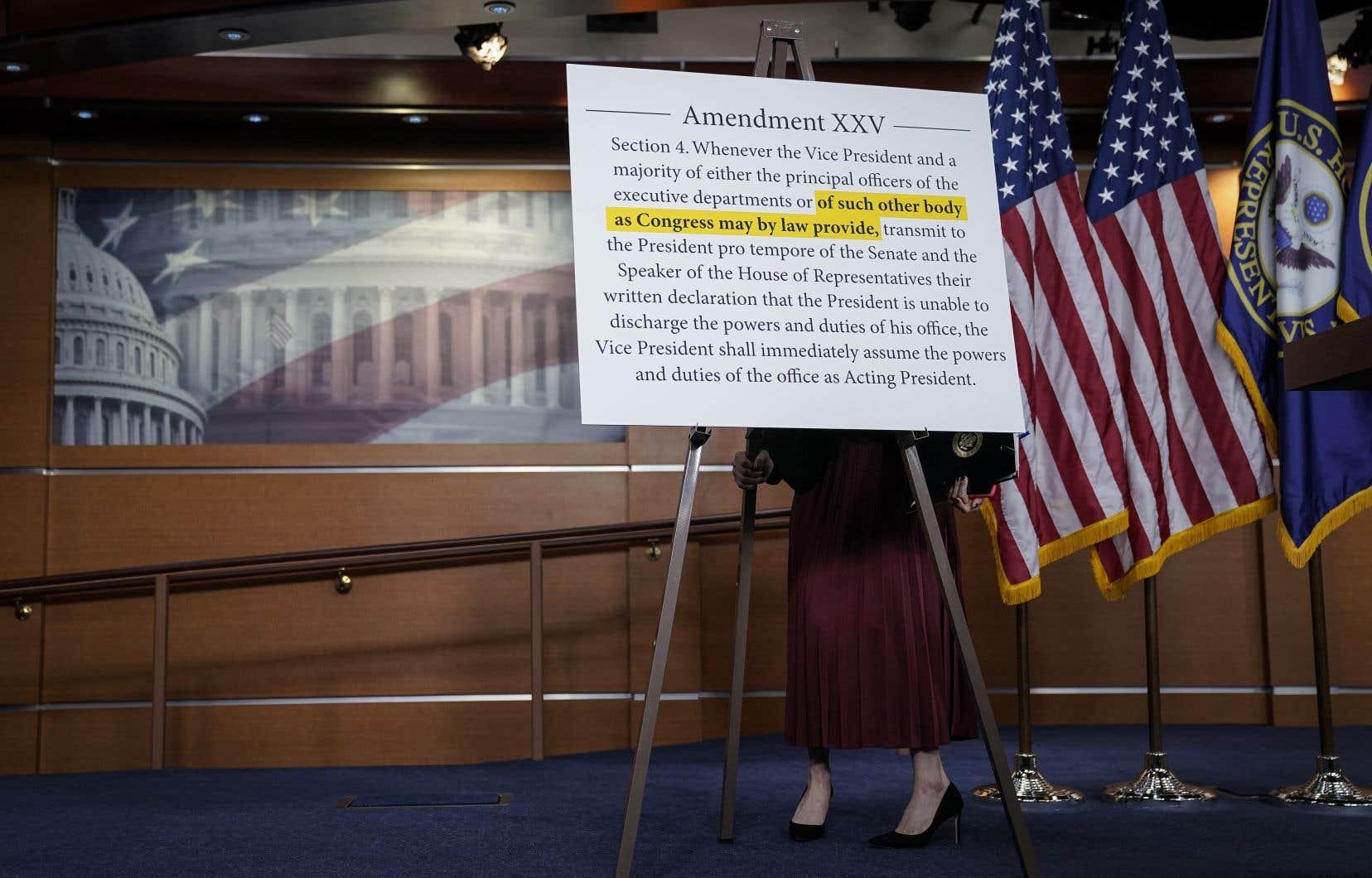 Le 25e amendementfixe les modalités d'un remplacement temporaire ou définitif du président en cas de démission, de décès ou encore d'incapacité à gouverner.
