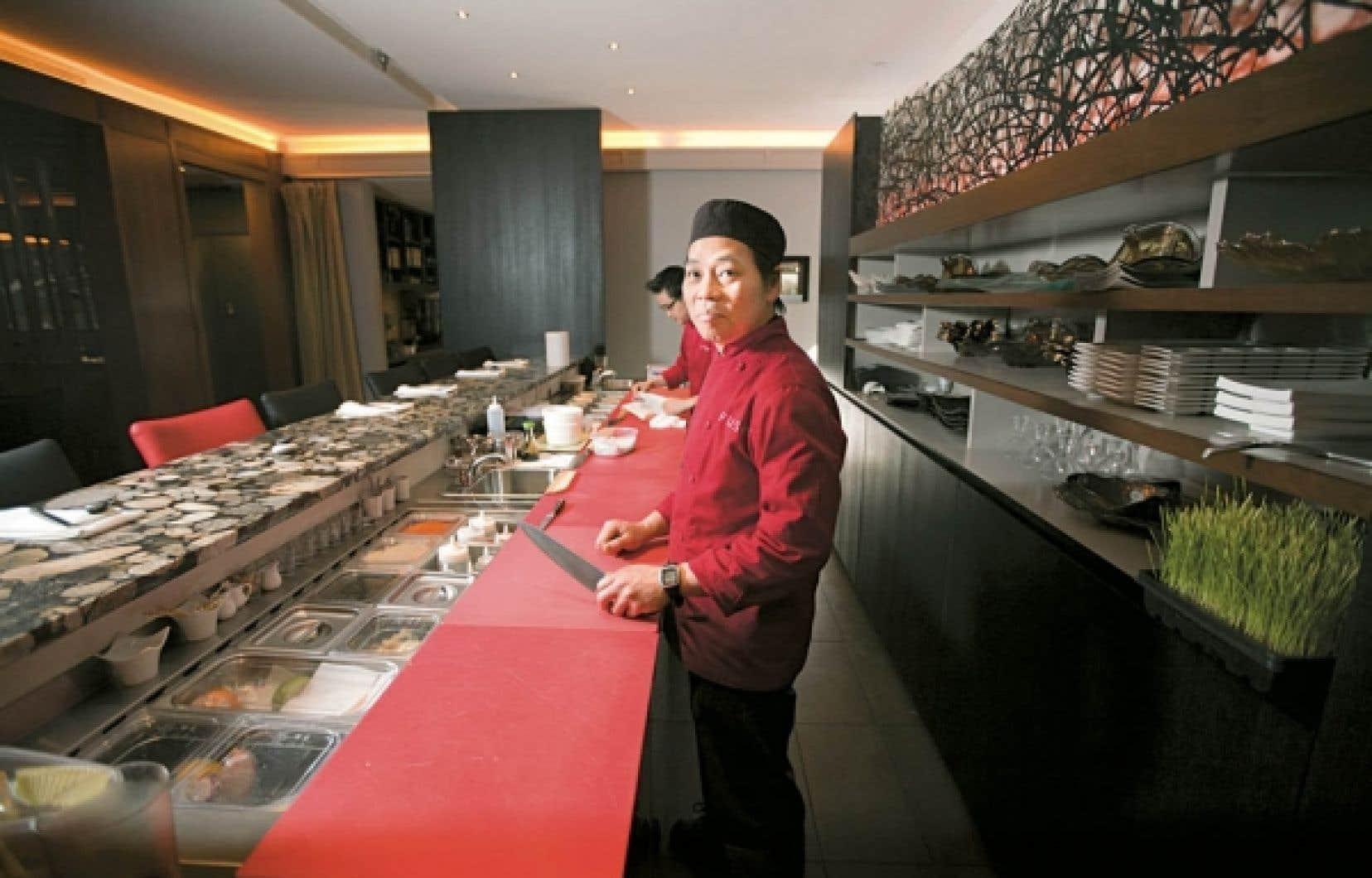 Au bar, il est possible de savourer un saké et de merveilleux sushis.