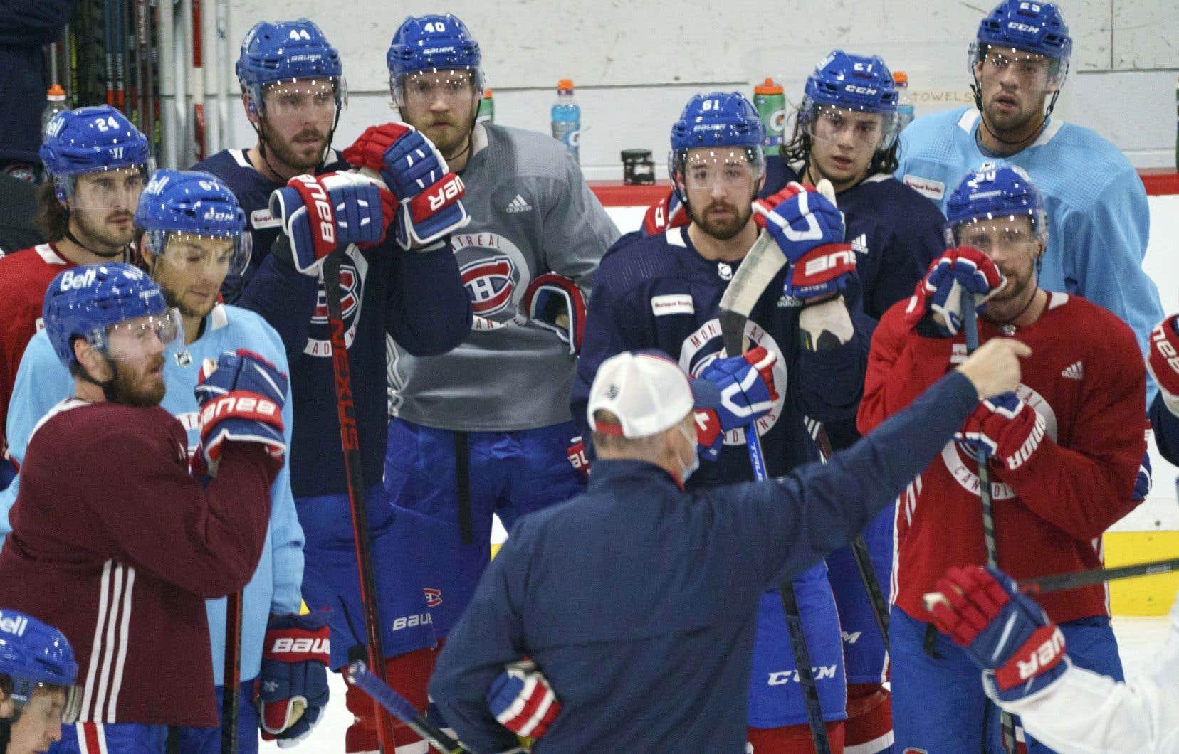 Les joueurs du Tricolore écoutant attentivement les commentaires de Claude Julien lors d'une séance d'entrainement sur la patinoire à Brossard, près de Montréal, le 5 janvier dernier.
