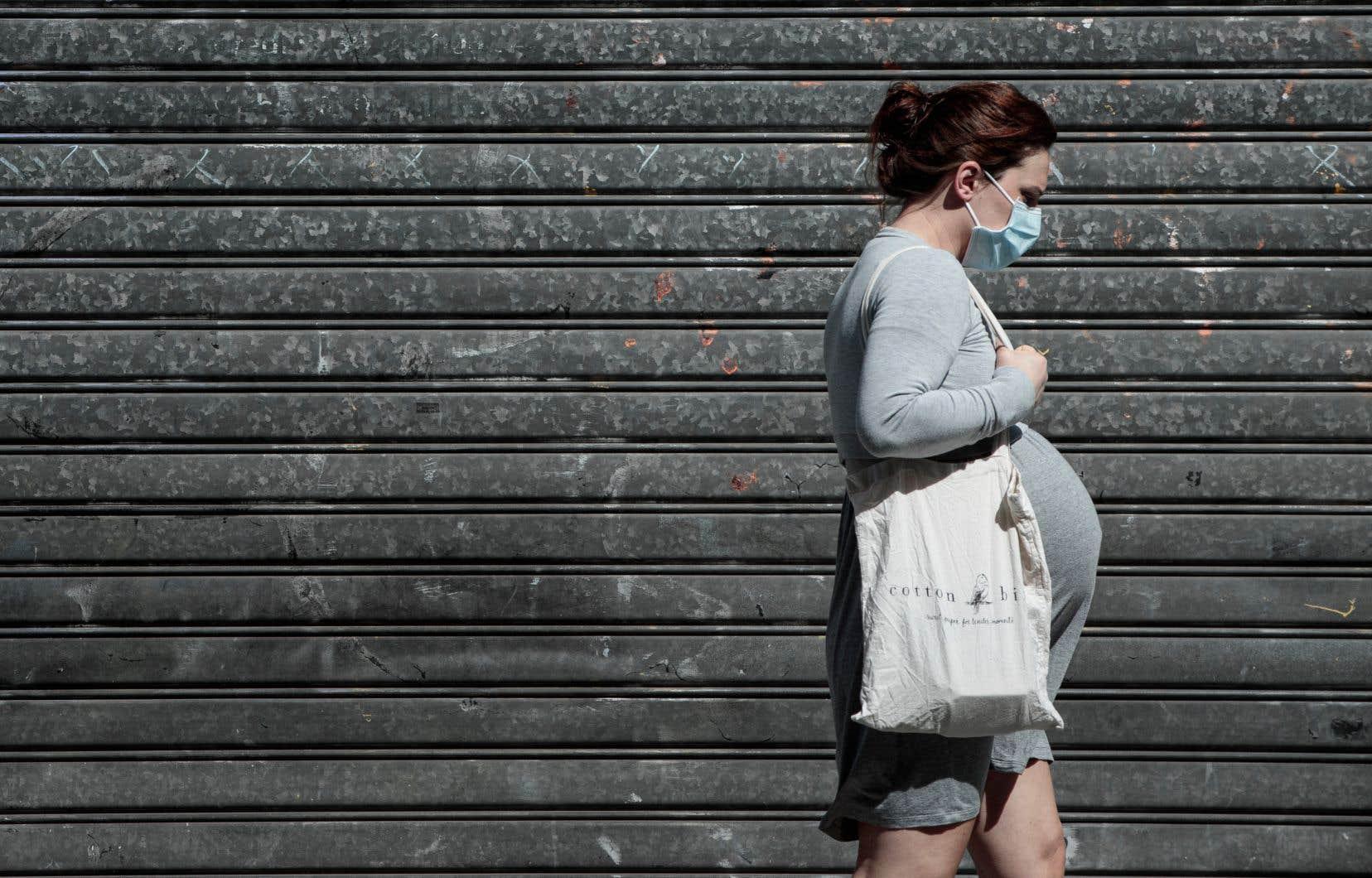 Les femmes enceintes atteintes de la COVID-19 ont un taux d'hospitalisation trois à cinq fois supérieur à celui des femmes non enceintes qui ont la COVID-19 et qui sont du même âge qu'elles, selon la gynécologue-obstétricienne au CHU Sainte-Justine Isabelle Boucoiran.
