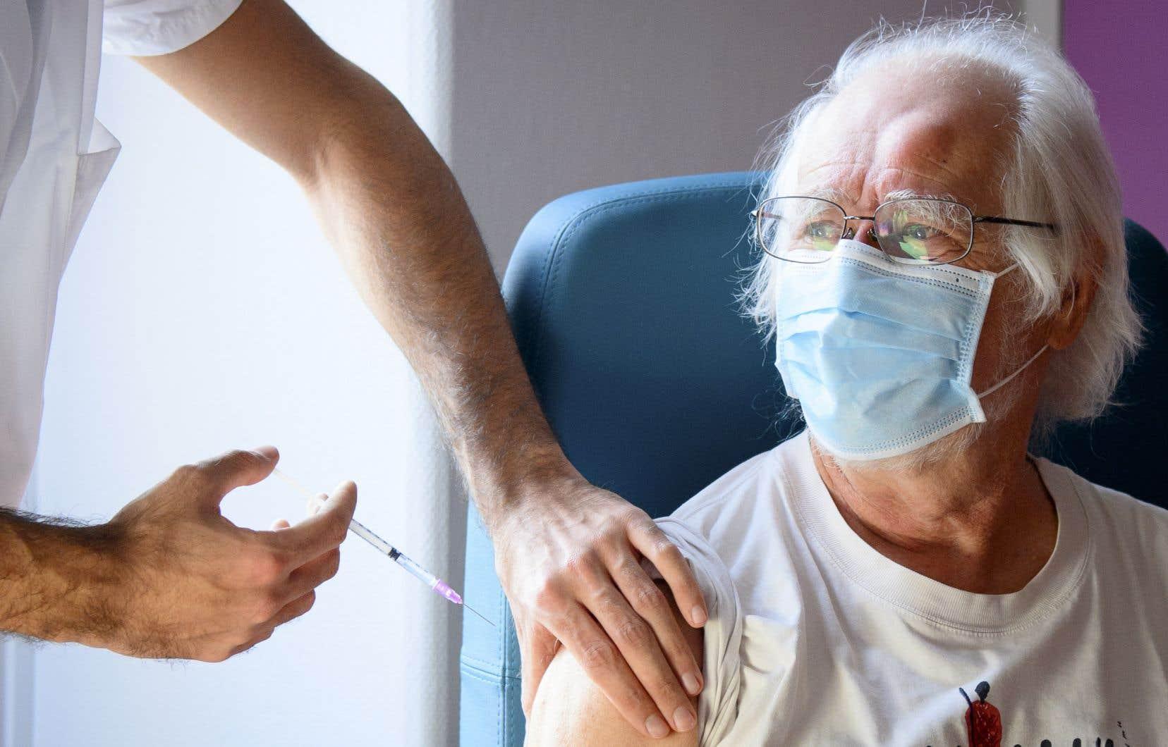 Les deux fabricants des vaccins contre la COVID-19, Pfizer-BioNTech et Moderna, recommandent de donner la deuxième dose dans un intervalle de 21 jours et 28 jours respectivement.