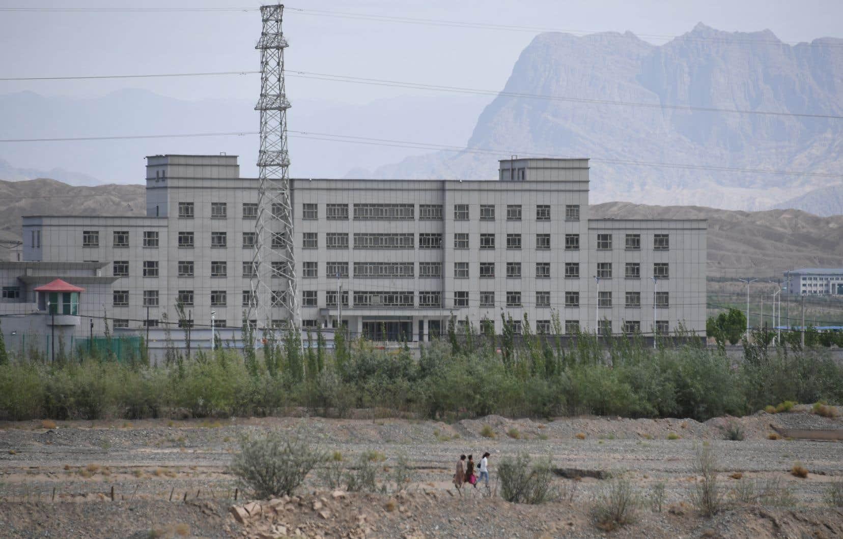Selon des experts étrangers, plus d'un million d'habitants du Xinjiang ont été placés en détention dans des camps de rééducation.