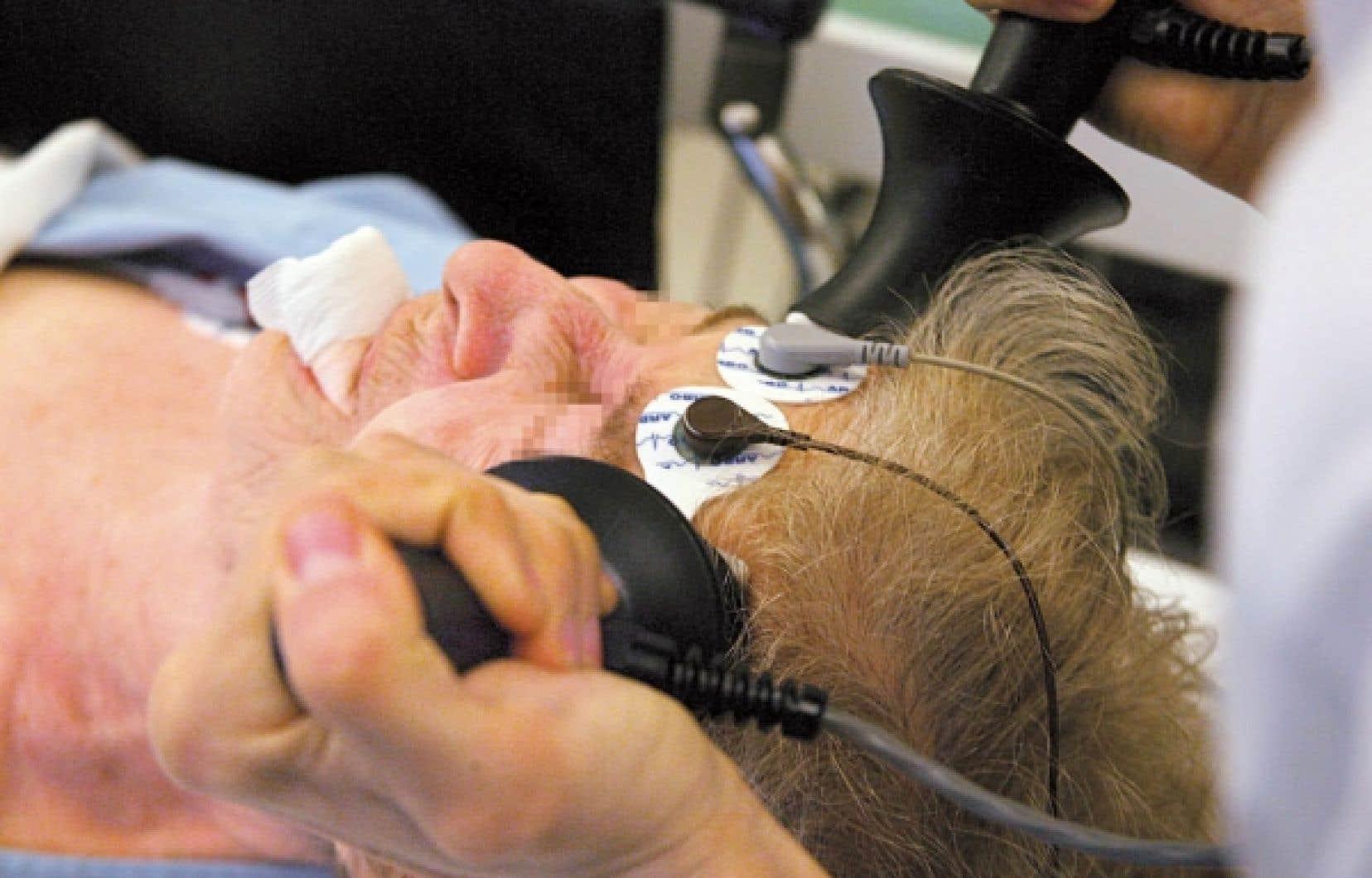 Le traitement par électrochocs, pratiqué sous anesthésie, a fait un retour en grâce pour soigner les dépressions profondes.<br />