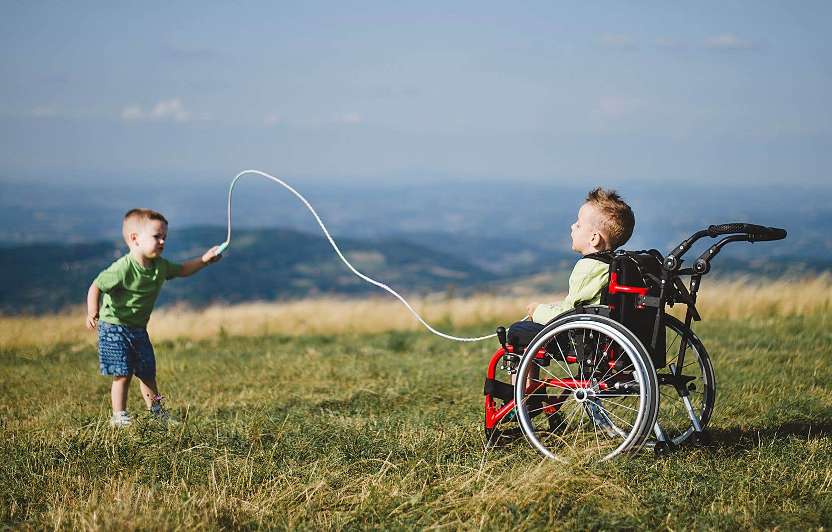 À partir des années 1970, la montée des mouvements de défense des droits des personnes handicapées mène progressivement à de meilleures pratiques sur le plan de l'inclusion.
