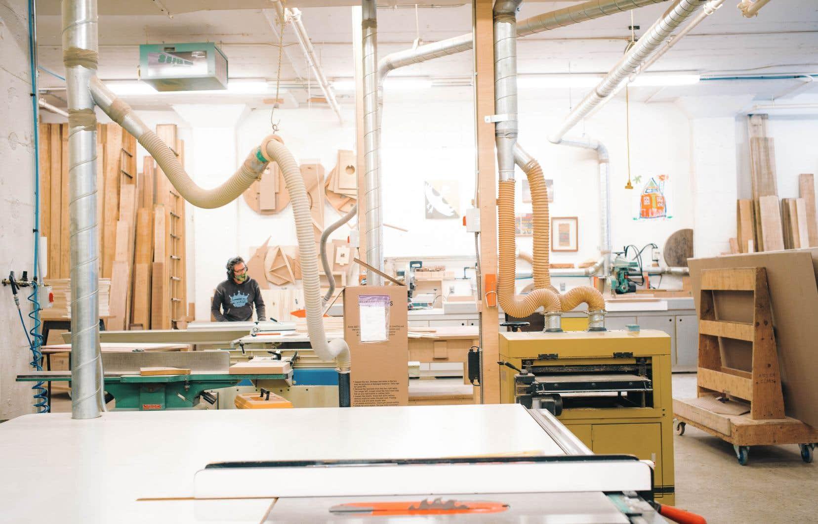 Yan Giguère prépare ses planches de bois à l'atelier Clark, atelier de menuiserie unique en son genre à Montréal.